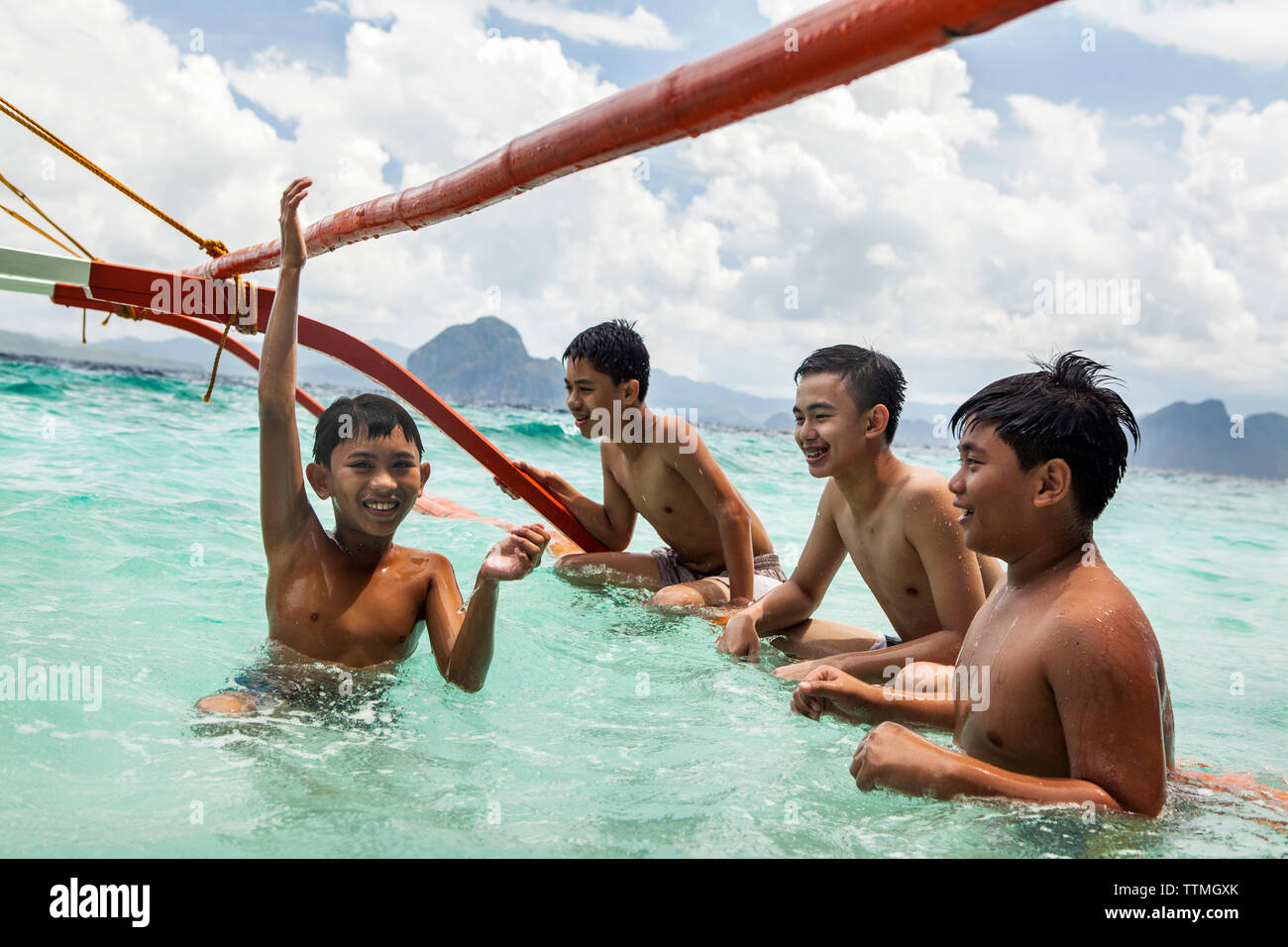 PHILIPPINES, Palawan, El Nido, Entalula Island, kids play in the clear water on Entalula Island, located in Bacuit Bay, the South China Sea - Stock Image