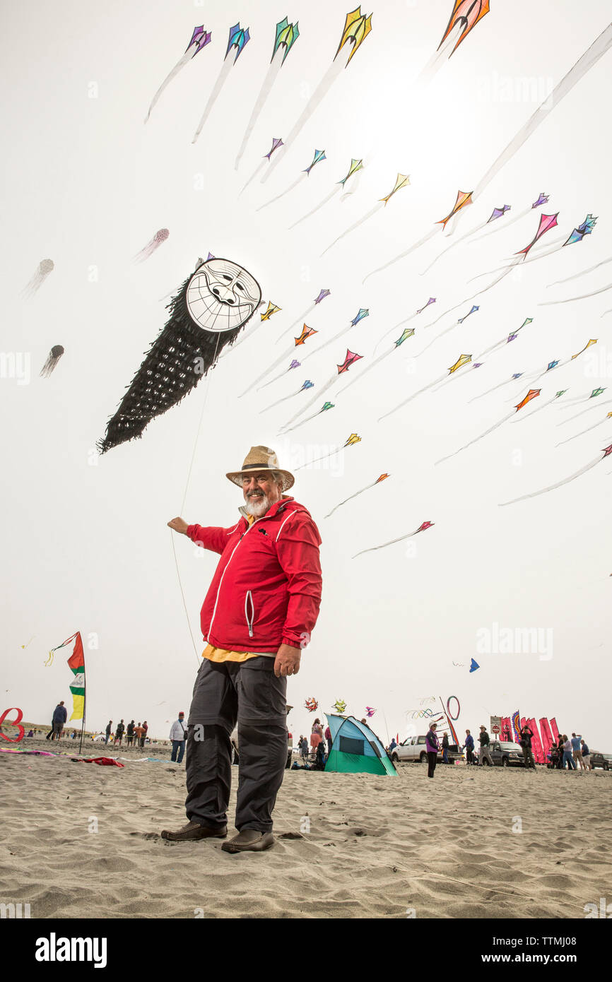 USA, Washington State, Long Beach Peninsula, Ron Gibian with his bearded man face kite at the International Kite Festival, Ron is a member of the Phoe Stock Photo