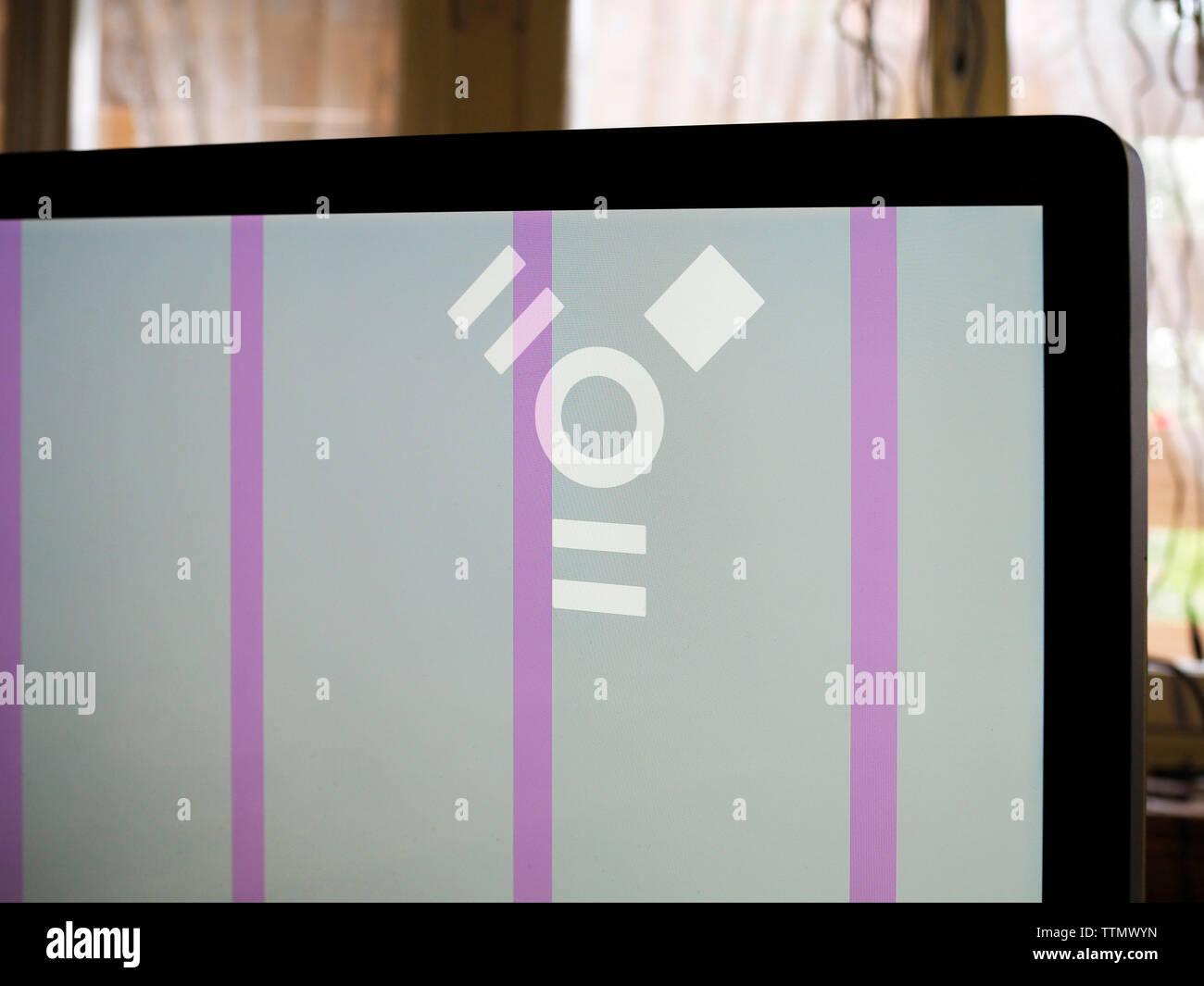 Symbol FireWire auf einem iMac-Bildschirm mit defekter Grafikkarte - Stock Image