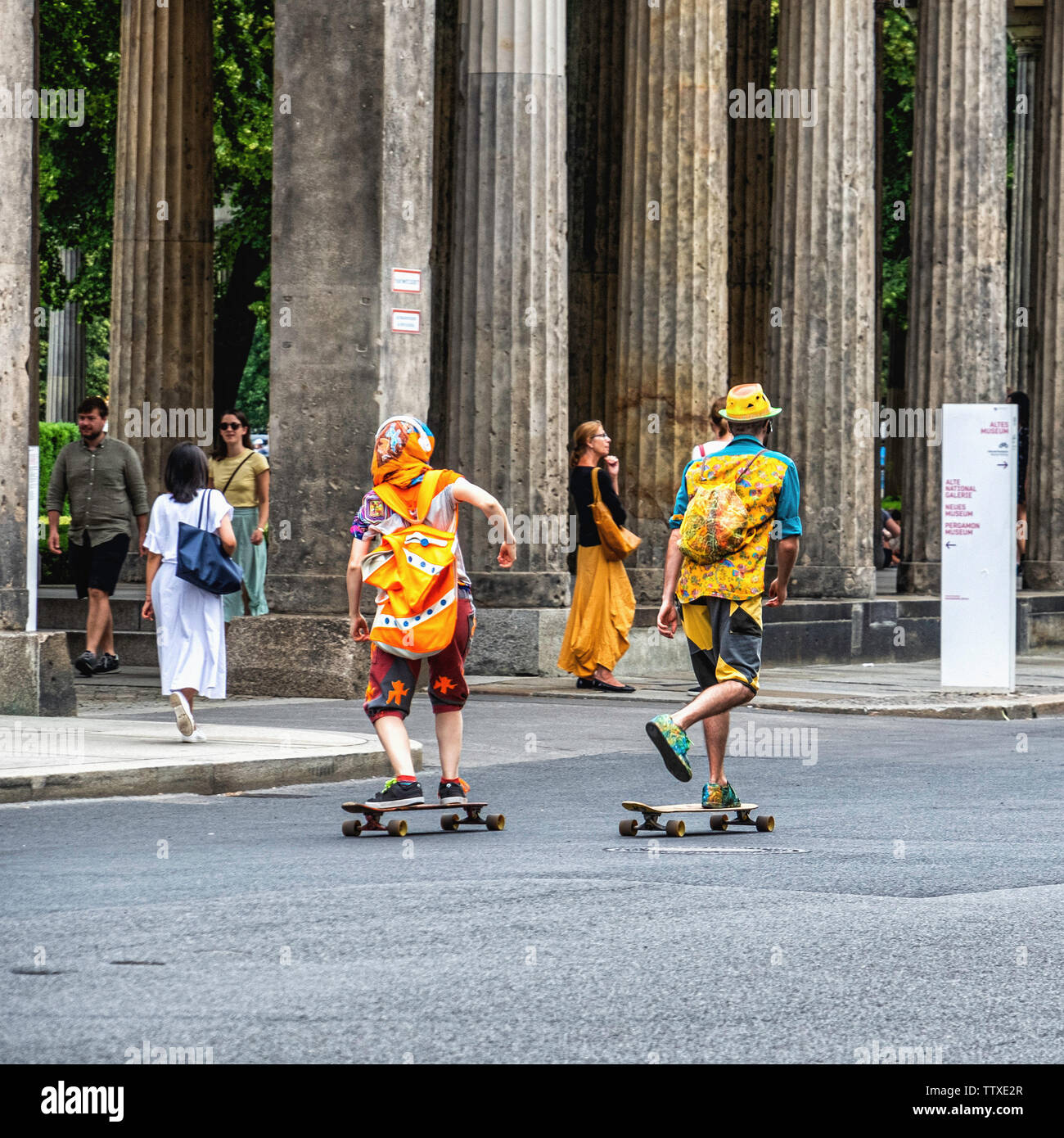 Young tourists in colourful clothing enjoying Summer, Museum Island, Mitte,Berlin. Two skate boarders - Stock Image