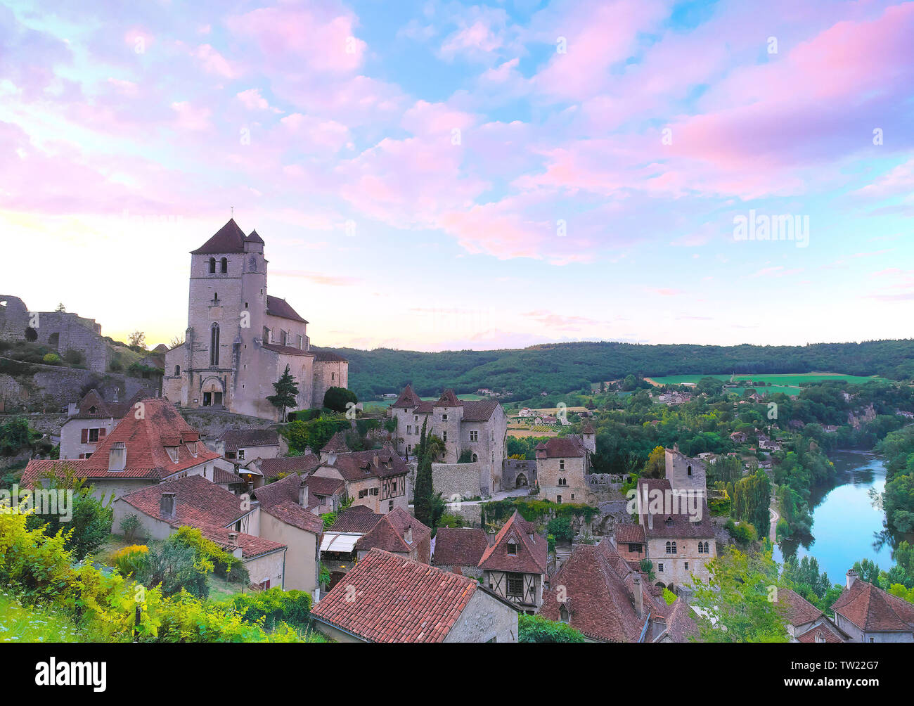"""Saint-Cirq-Lapopie (south of France): overview of the medieval village with the label """"Plus Beaux Villages de France"""" (""""The most beautiful villages of Stock Photo"""