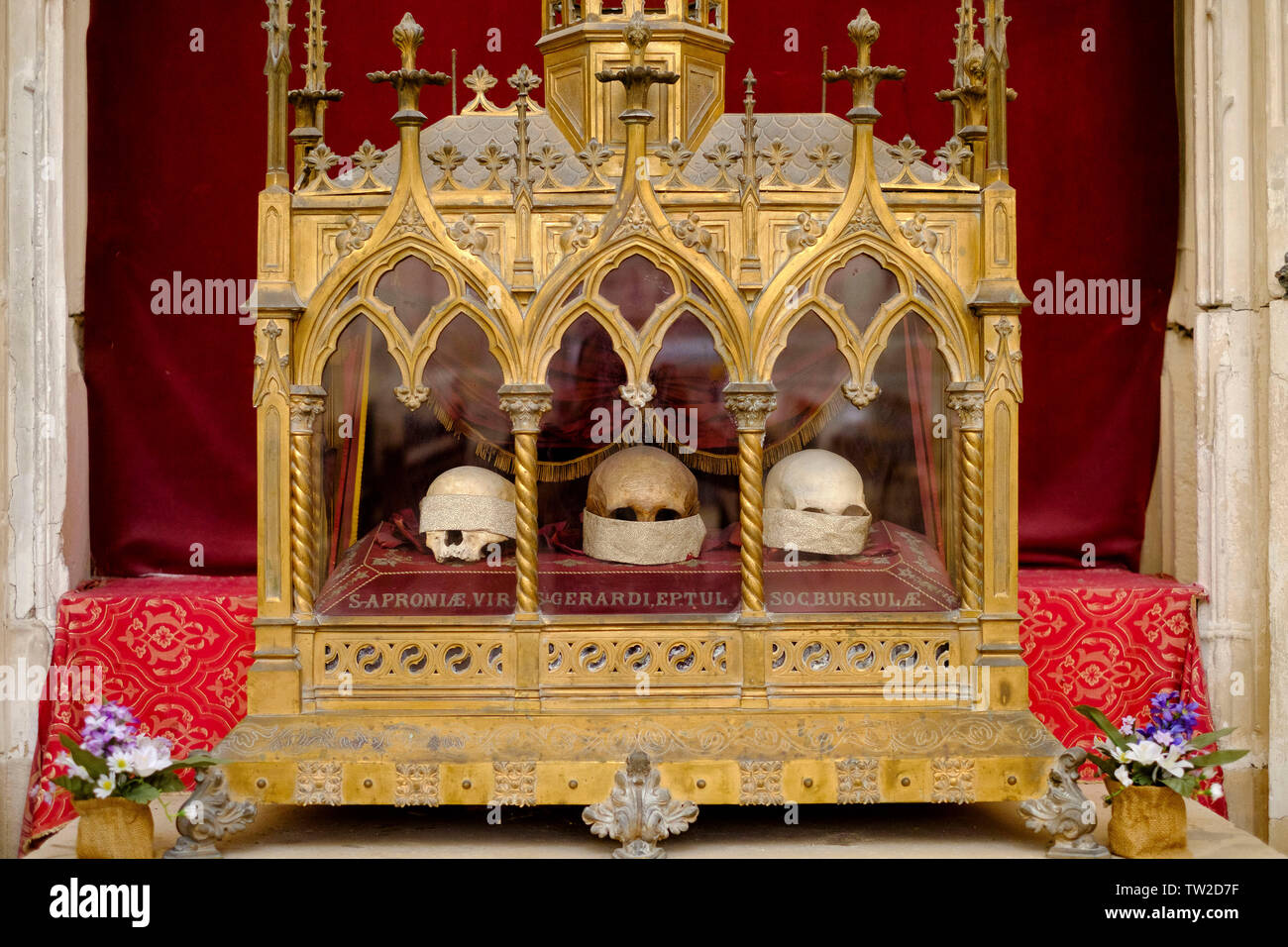 """Toul (north-eastern France): chapel of Toul Cathedral (""""Cathedrale Saint-Etienne de Toul"""") with the altar and relics of Sainte-Aprone, Saint-Gerard an - Stock Image"""