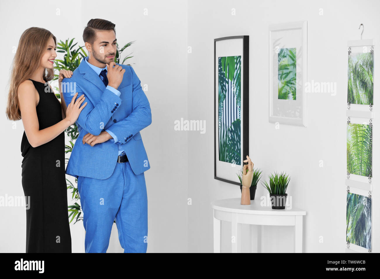 Couple in formal wear at art gallery exhibition - Stock Image