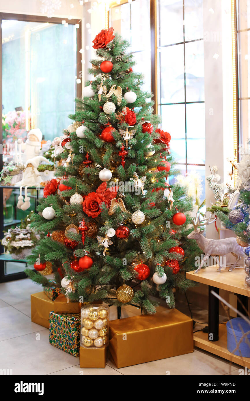 How To Decorate A Christmas Tree Professionally.Beautiful Christmas Tree Decorated By Professional Florist