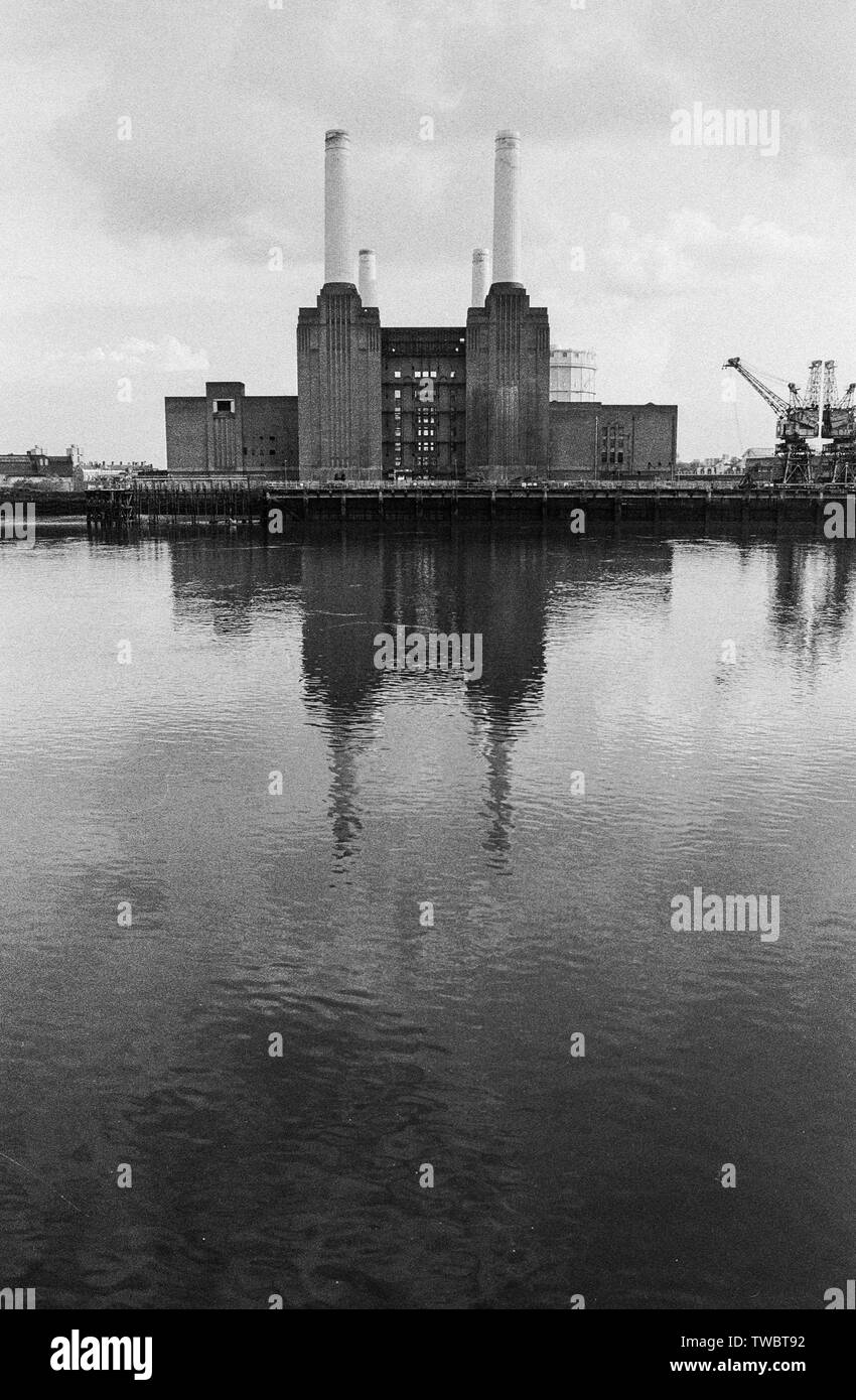 Battersea Power Station beside the River Thames, London 1988 - Stock Image