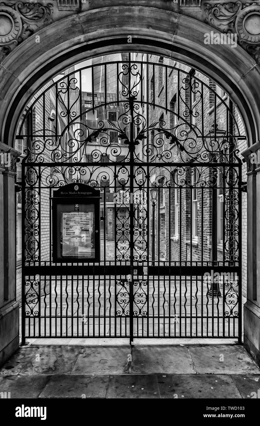 Bevis Marks synagogues outside gate - Stock Image