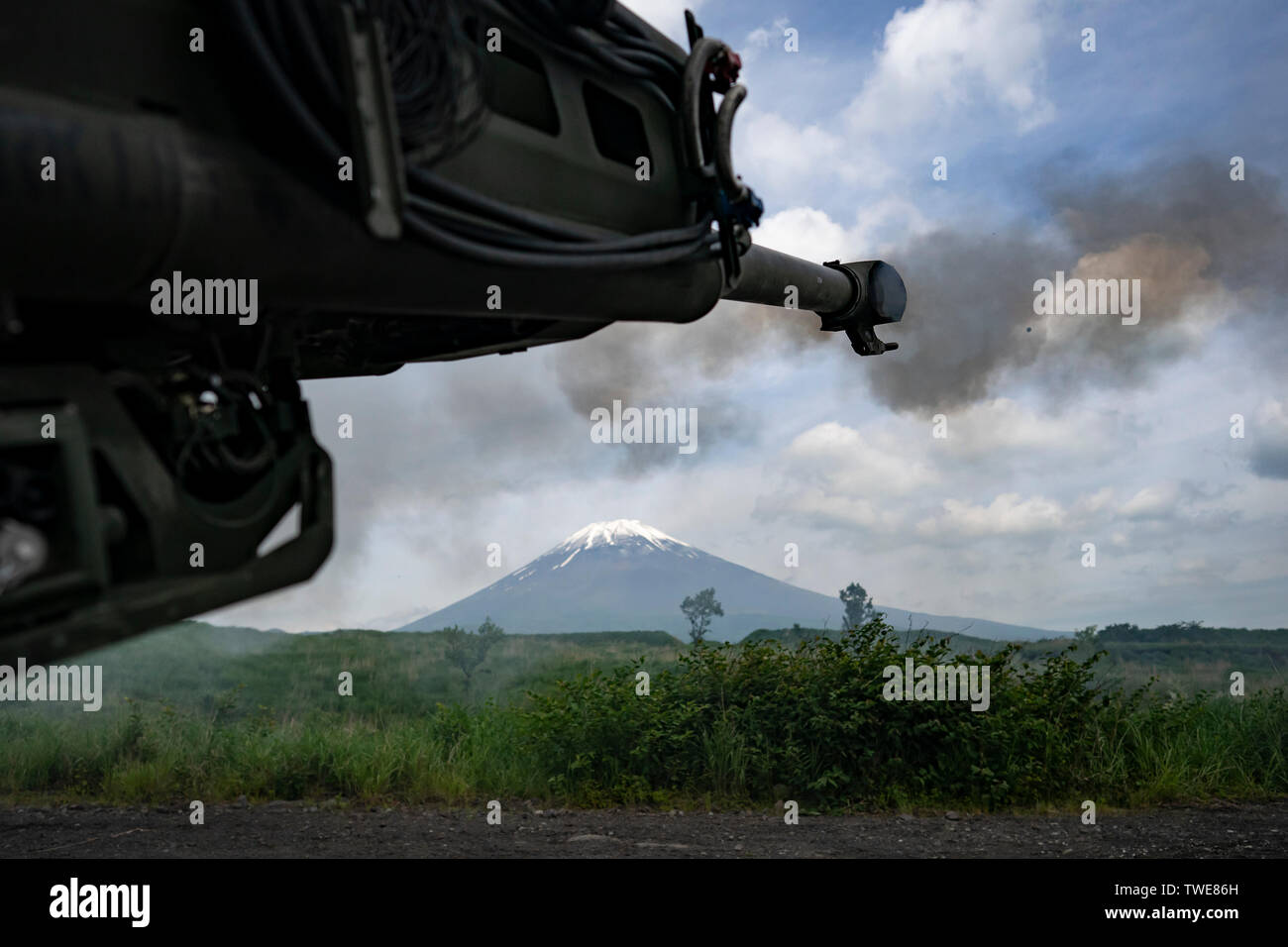 U.S. Marines with India Battery, 3rd Battalion, 12th Marine Regiment, fire an M777 Howitzer during Exercise Fuji Viper, at Combined Arms Training Center, Camp Fuji, June 14, 2019. The M777 uses a digital fire-control system to provide navigation, pointing and self-location, allowing it to be put into action quickly. (U.S. Marine Corps photo by Cpl. Esgar Rojas) Stock Photo