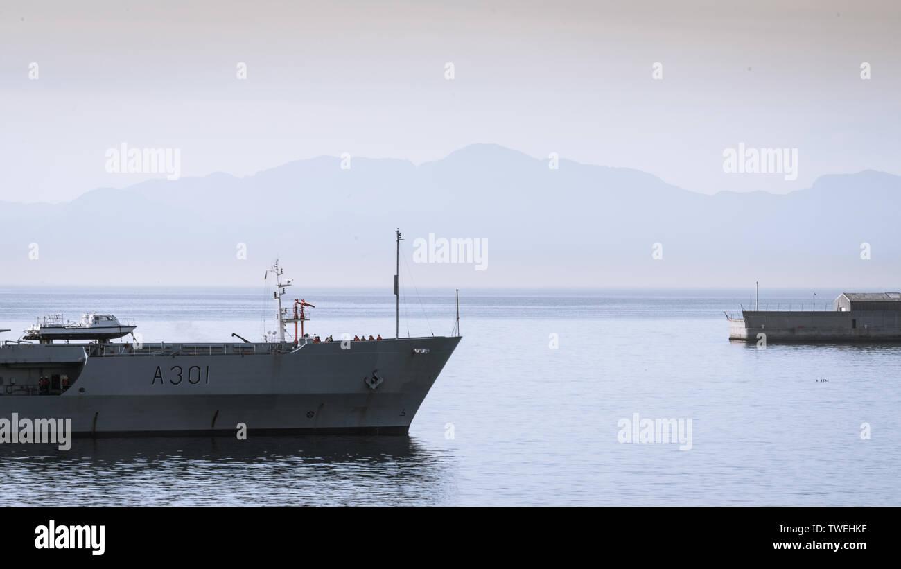 The SAS Drakensberg fleet replenishment ship arrives at the Simons Town naval base along South Africa's Western Cape False Bay coast - Stock Image
