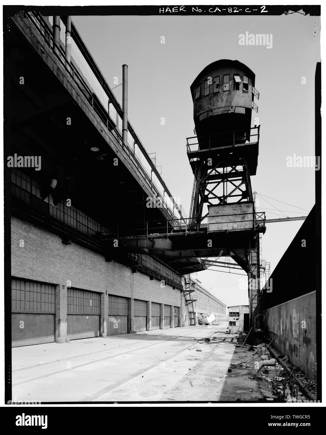 REAR OF CRANE, DIKE, AND SECOND FLOOR DECK FROM RAIL SPUR. VIEW TO NORTH. - Ford Motor Company Long Beach Assembly Plant, Crane, 700 Henry Ford Avenue, Long Beach, Los Angeles County, CA - Stock Image