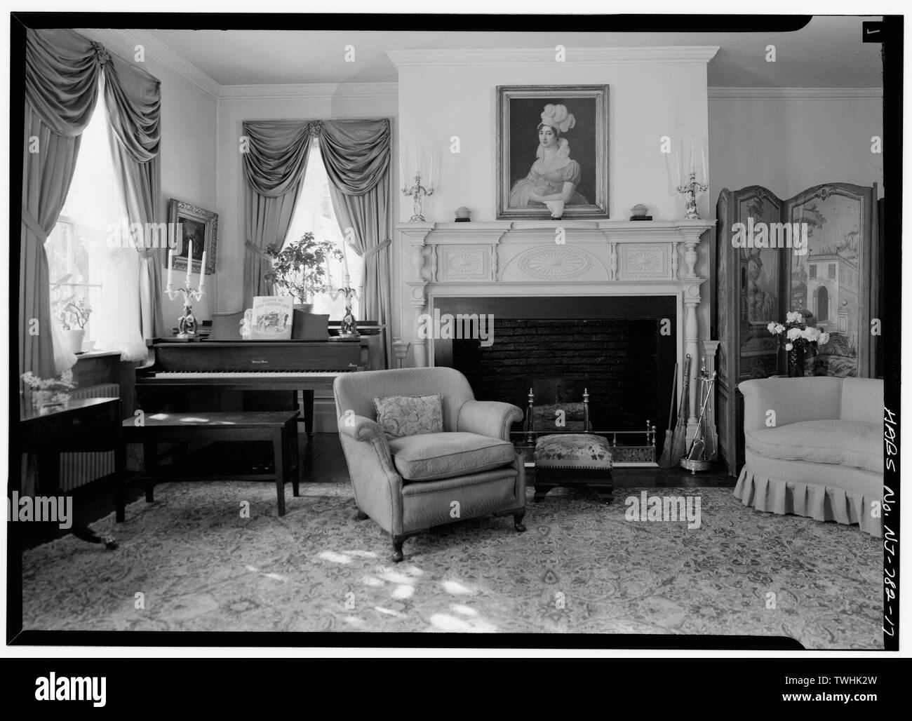 SECOND FLOOR, SITTINGROOM, VIEW OF FIREPLACE AND WINDOWS, SHOWING PROJECTING FIREPLACE, MANTELPIECE - Henry Miller House, Main Street, Oldwick, Hunterdon County, NJ - Stock Image