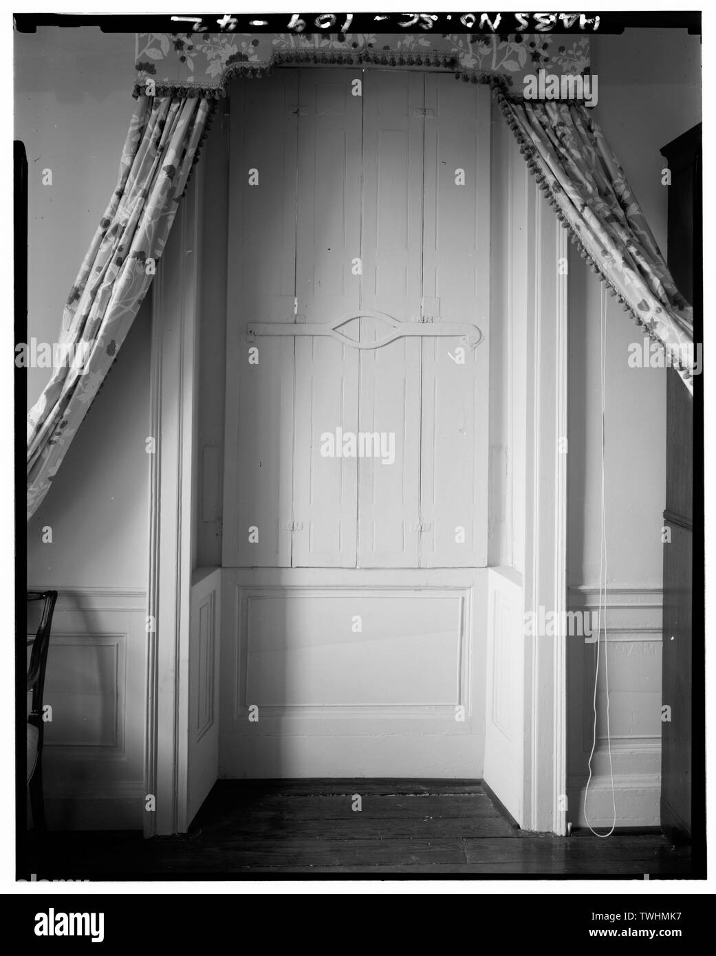 SECOND FLOOR- SOUTHWEST ROOM, WEST WINDOW DETAIL (typical interior paneling of shutter, shutter bar and recessed spandrel throughtout house) - William Blacklock House, 18 Bull Street, Charleston, Charleston County, SC - Stock Image