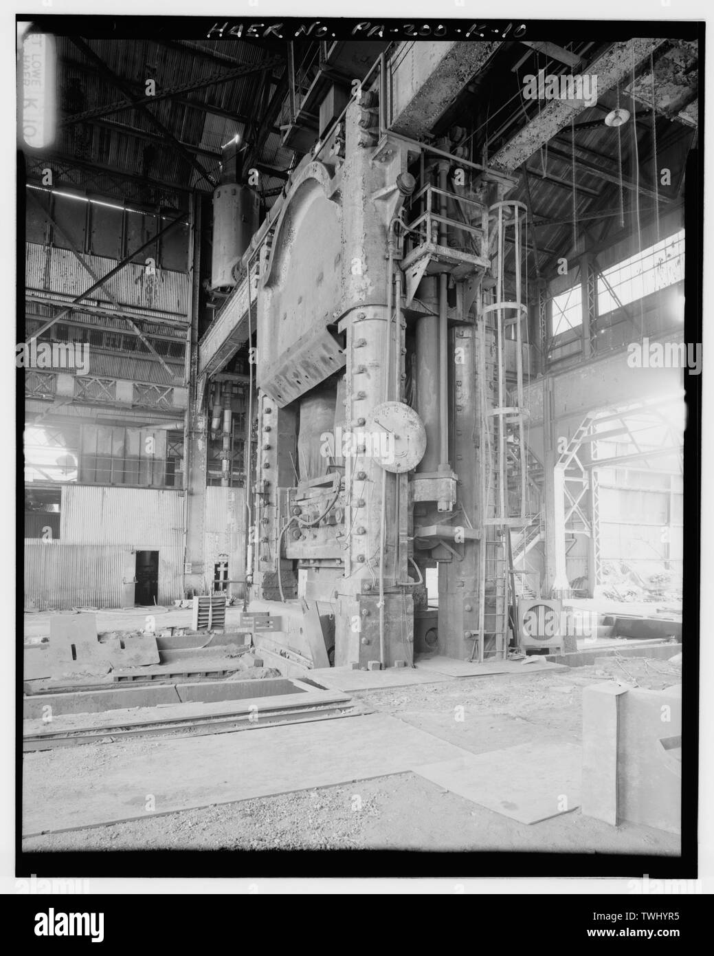 SIDE-VIEW OF No. 1 PRESS WITH DIAL IN CENTER OF IMAGE. - U.S. Steel Homestead Works, Press Shop No. 1, Along Monongahela River, Homestead, Allegheny County, PA; U.S. Steel Corporation; Bethlehem Steel Company; United Engineering; Carnegie, Phipps and Company; Davy Brothers; Joseph Whitworth and Company; Fritz, John; Davenport, Russell; Mesta Machine Company; Stupich, Martin, photographer - Stock Image