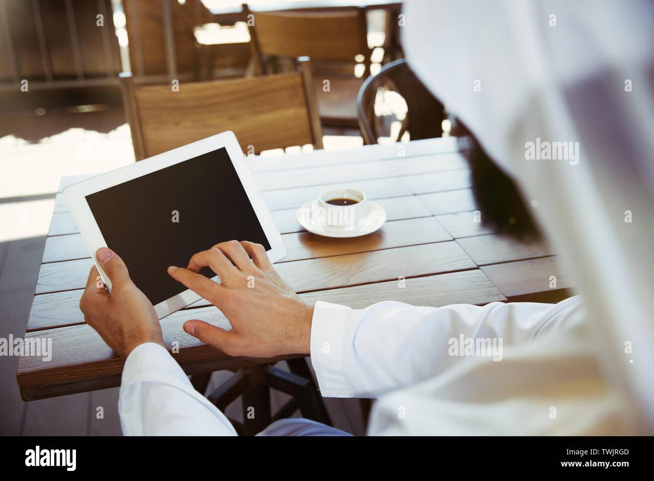Saudi Men Computer Stock Photos & Saudi Men Computer Stock Images