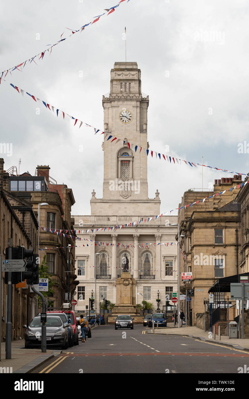 Barnsley Town Hall and cenotaph, Barnsley, South Yorkshire, England, UK - Stock Image