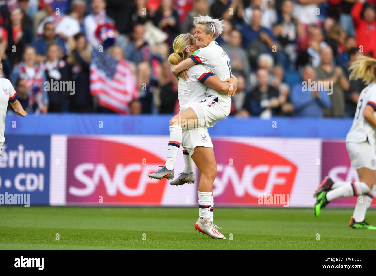 Le Havre, Frankreich. 20th June, 2019. jubilation, Rejoicing, celebrate, happy, cheer, Goal Celebration 0: 1 goalkeeper Lindsey Horan (USA) (9) wears Megan Rapinoe (USA) (15), 20.06.2019, Le Havre (France), Football, FIFA Women's World Cup 2019, Sweden - USA, FIFA REGULATIONS PROHIBIT ANY USE OF PHOTOGRAPHS AS IMAGE SEQUENCES AND/OR QUASI VIDEO. | usage worldwide Credit: dpa/Alamy Live News Stock Photo