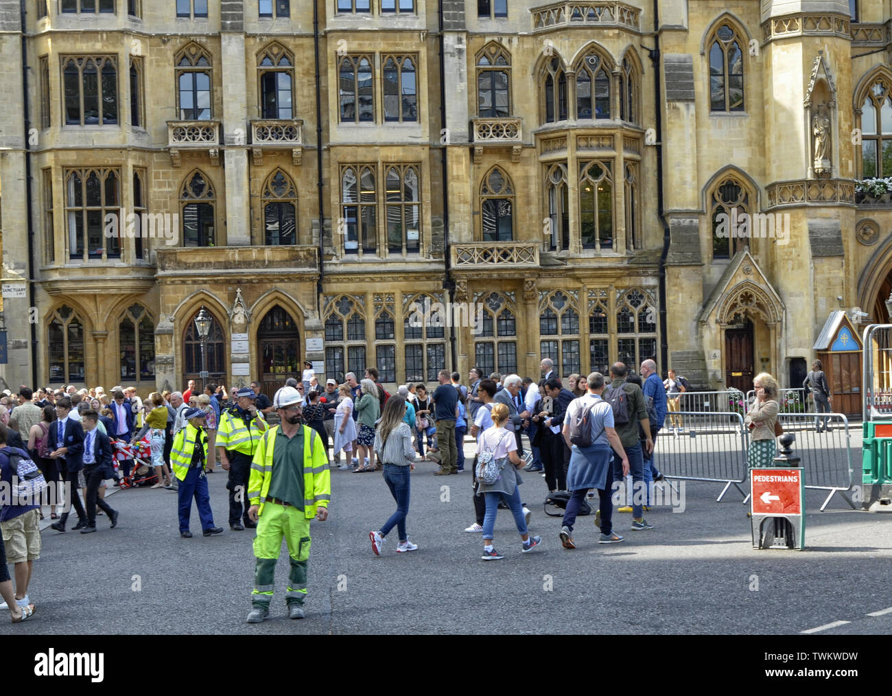 London, United Kingdom, June 2018. The entrance to the Abbey of Westminster Abbey on the occasion of a mundane event. A large crowd of people has posi - Stock Image
