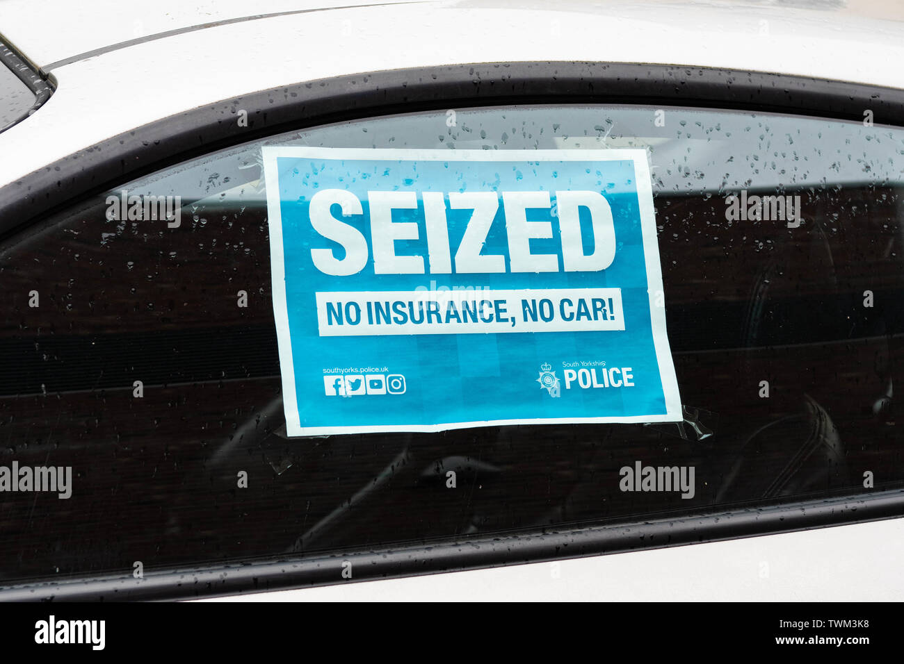 'Seized  No Insurance, No Car' sign on window of an uninsured car outside Barnsley police station that has been seized by South Yorkshire Police - Stock Image