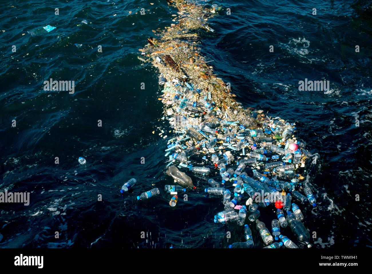 Plastic water bottles pollute ocean - Stock Image
