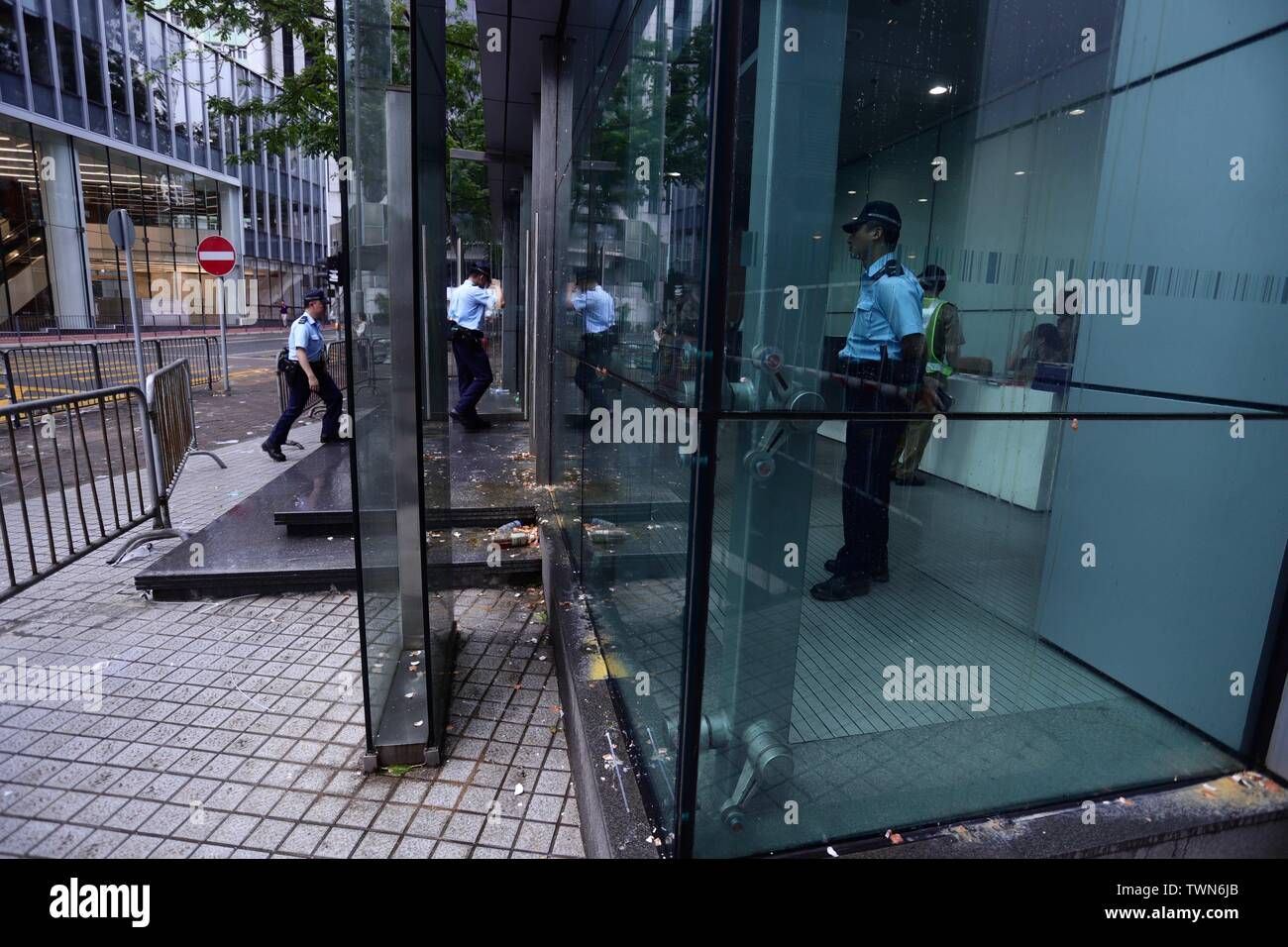 Hong Kong. 22nd June, 2019. Policemen enter Hong Kong Police Headquarters in the early morning after thousand of protesters surrounded Police Headquarter last night condemning police brutality.June-22, 2019 Hong Kong.ZUMA/Liau Chung-ren Credit: Liau Chung-ren/ZUMA Wire/Alamy Live News - Stock Image