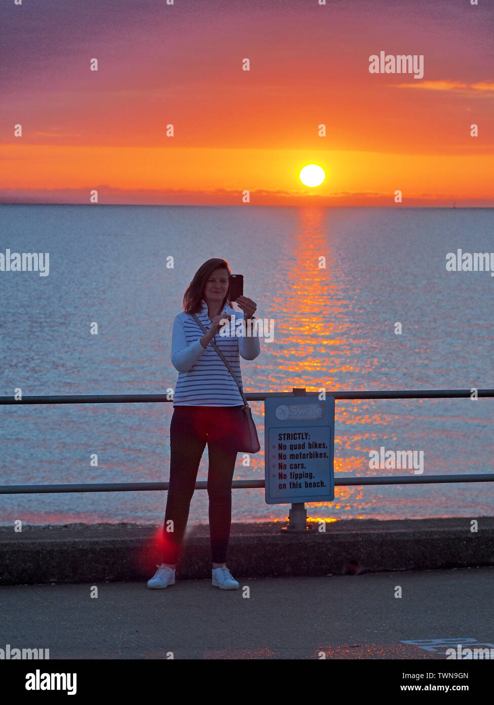 Minster on Sea, Kent, UK. 22nd June, 2019. UK Weather: a glorious sunrise in Minster on Sea, Kent with good weather forecast for today. Credit: James Bell/Alamy Live News - Stock Image
