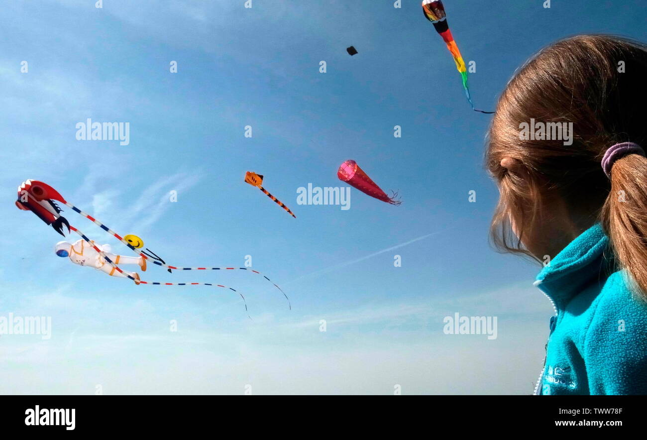 AJAXNETPHOTO. 2019. WORTHING, ENGLAND. - GO FLY A KITE - YOUNGSTER WATCHING KITES FLY NEAR THE SEASIDE.PHOTO:JONATHAN EASTLAND/AJAX REF:GR192104 9072 Stock Photo