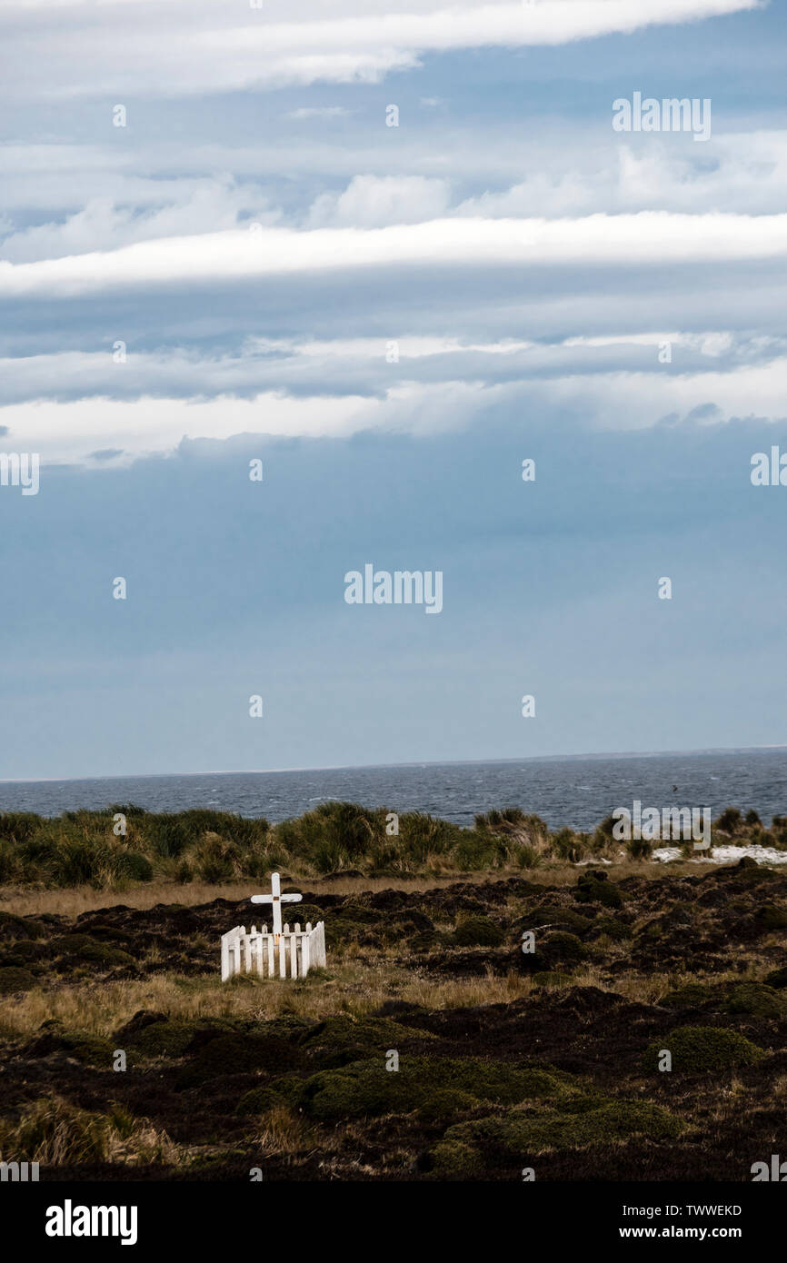 Picket fence and cross at grave of Frenchman Alexander Dugas who committed suicide in 1929, Sea Lion Island, Falkland Islands, South Atlantic Ocean. - Stock Image