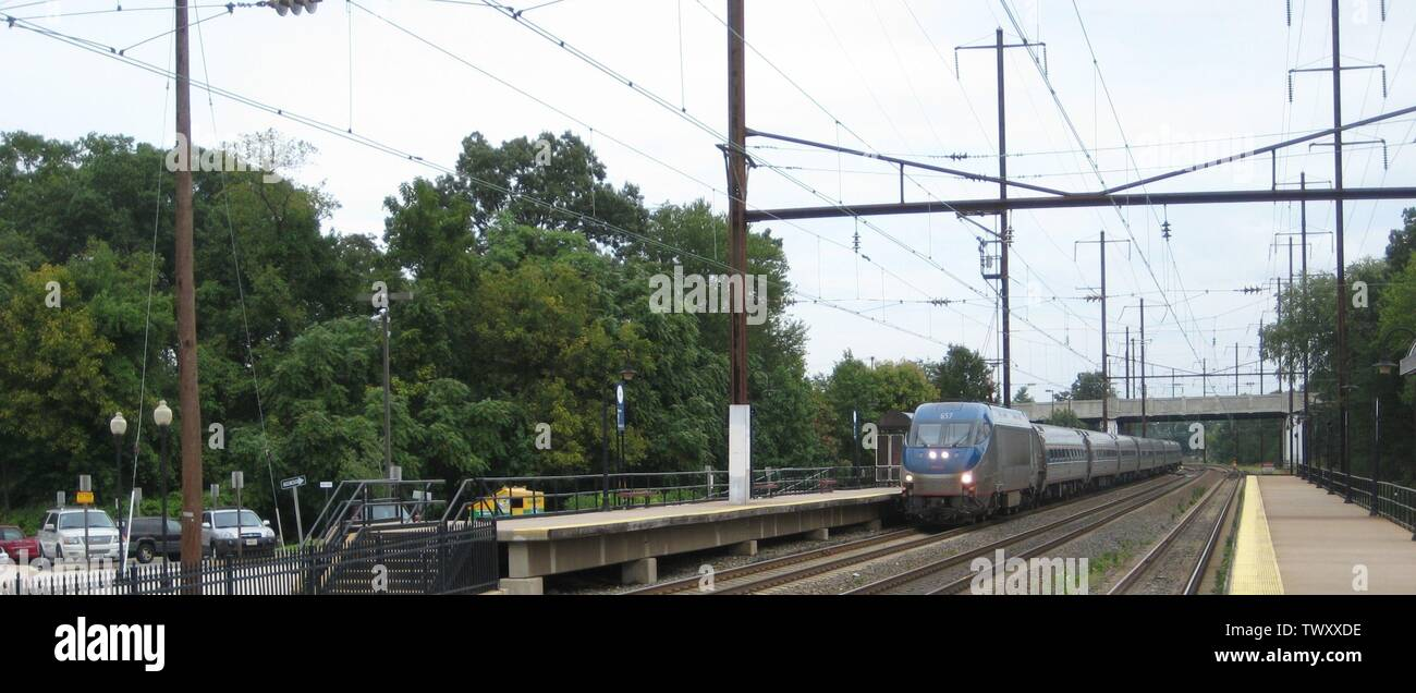 'English: An Amtrak HHP-8 pulling a Northeast Regional consist under 25 Hz traction wire at the Odenton, Maryland station.; 8 September 2009; Own work; Mcg410 at English Wikipedia; ' - Stock Image