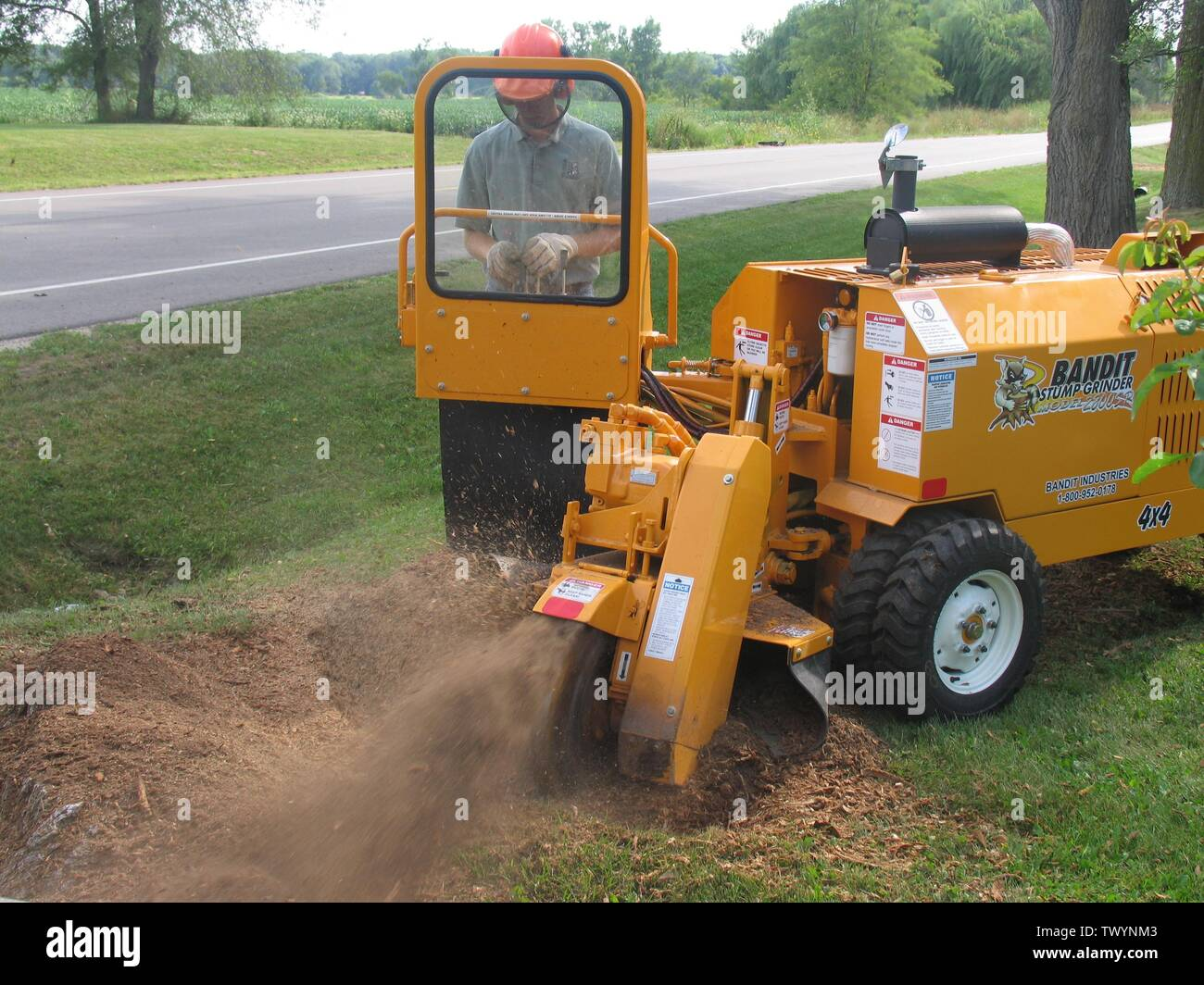 'English: Bandit Industries Model 2800SP, a 63 HP back yard stump grinder; before 11 December 2006 date QS:P,+2006-12-11T00:00:00Z/7,P1326,+2006-12-11T00:00:00Z/11; English: Transferred from en.wikipedia.org [1]: 2006-12-11 03:13 . . Reluskie . . 3,264×2,448 (1.1 MB); Reluskie; ' - Stock Image