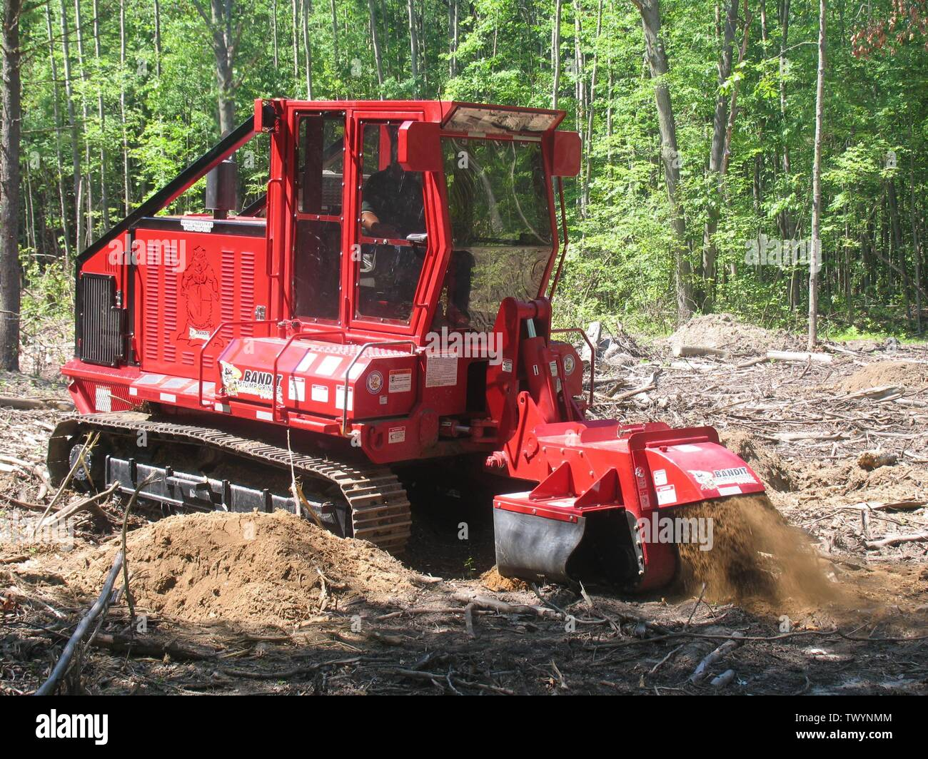 'English: Bandit Industries model 4000T, land clearing stump grinder 275 HP; before 11 December 2006 date QS:P,+2006-12-11T00:00:00Z/7,P1326,+2006-12-11T00:00:00Z/11; English: Transferred from en.wikipedia.org [1]: 2006-12-11 03:29 . . Reluskie . . 3,264×2,448 (1.65 MB); Reluskie; ' - Stock Image