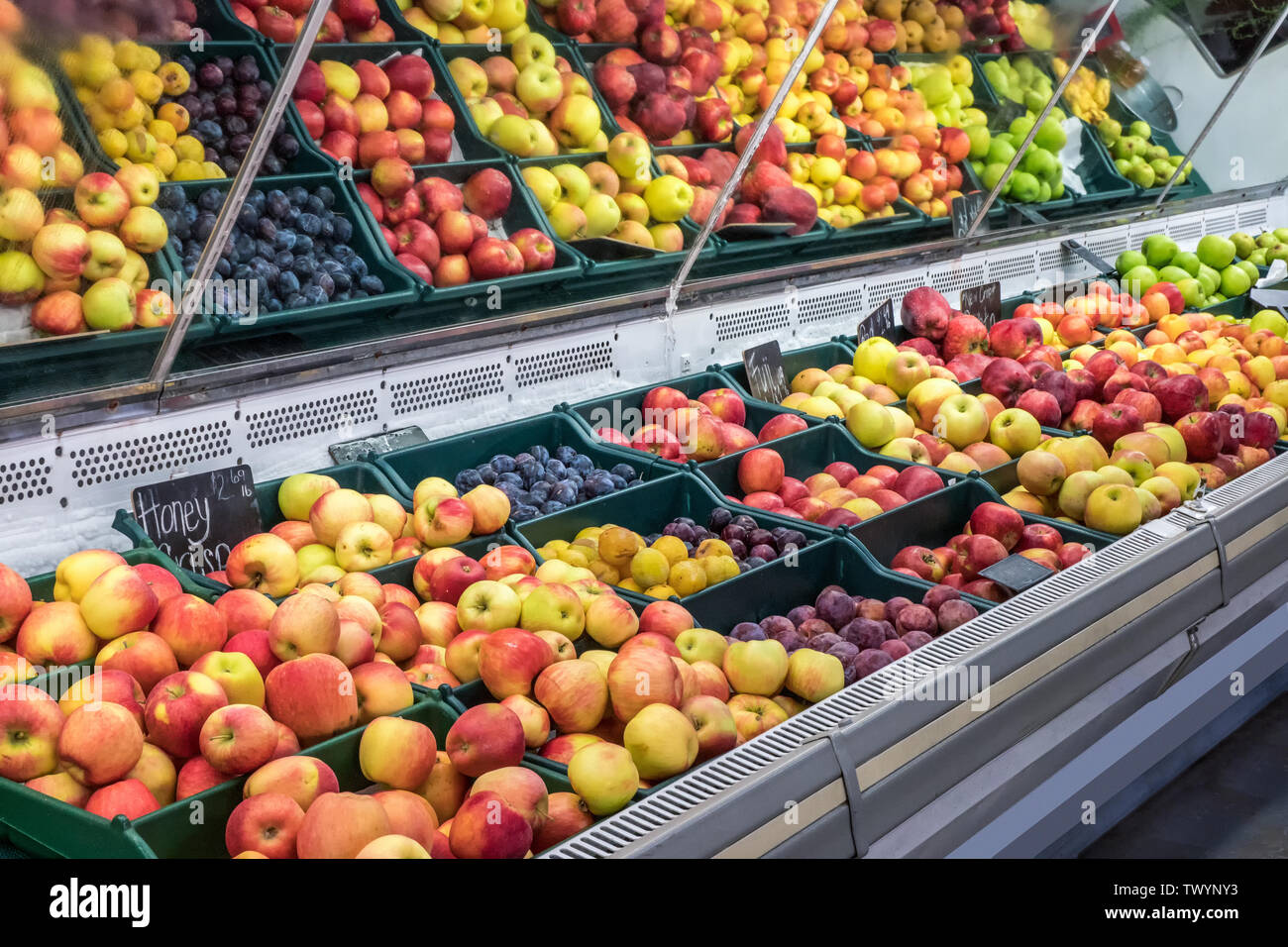 Wenatchee, Washington, USA.  Refrigerated display case of freshly harvested locally grown apples for sale at a produce stand. - Stock Image