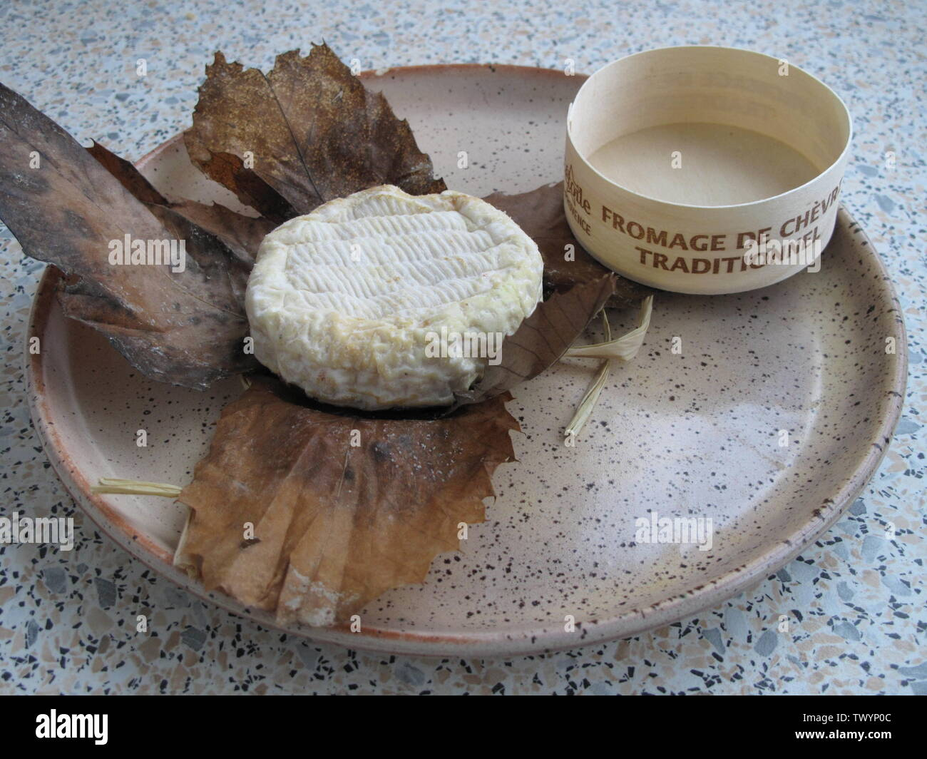 'English: French goat's cheese Banon, and its traditionnel enveloppe of leaves of chestnut tree Français: Fromage de chèvre Banon, dans son enveloppe traditionnelle de feuilles de châtaignier; 10 January 2010; Own work; Tangopaso; ' - Stock Image