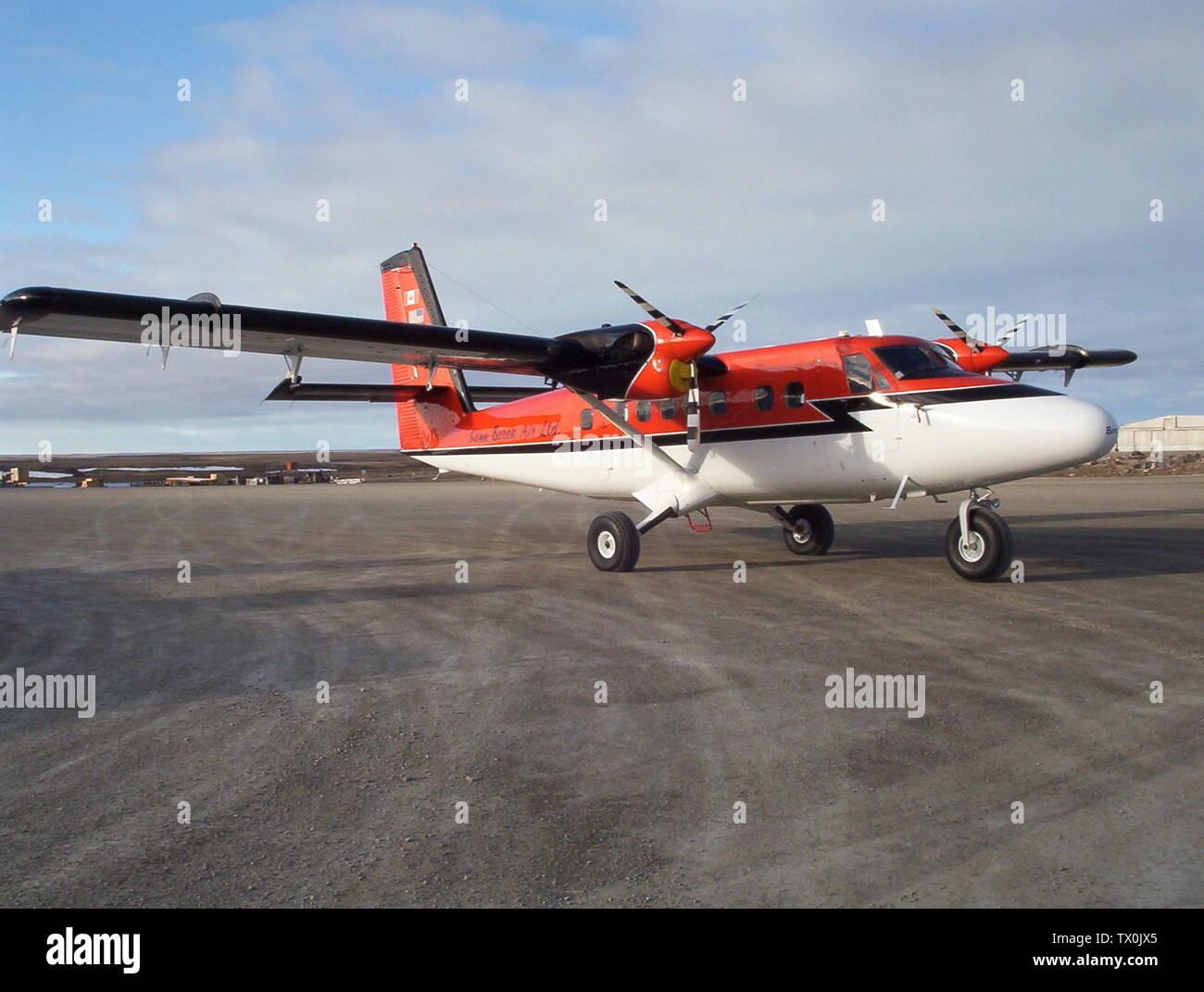 'English: C-FBBV Kenn Borek Air Ltd. de Havilland Twin Otter (DHC-6) 300 Series at Cambridge Bay Airport, Nunavut, Canada; 17 June 2005, 22:13 MDT (18 June 2005, 04:13 UTC); Own work; CambridgeBayWeather; ' - Stock Image