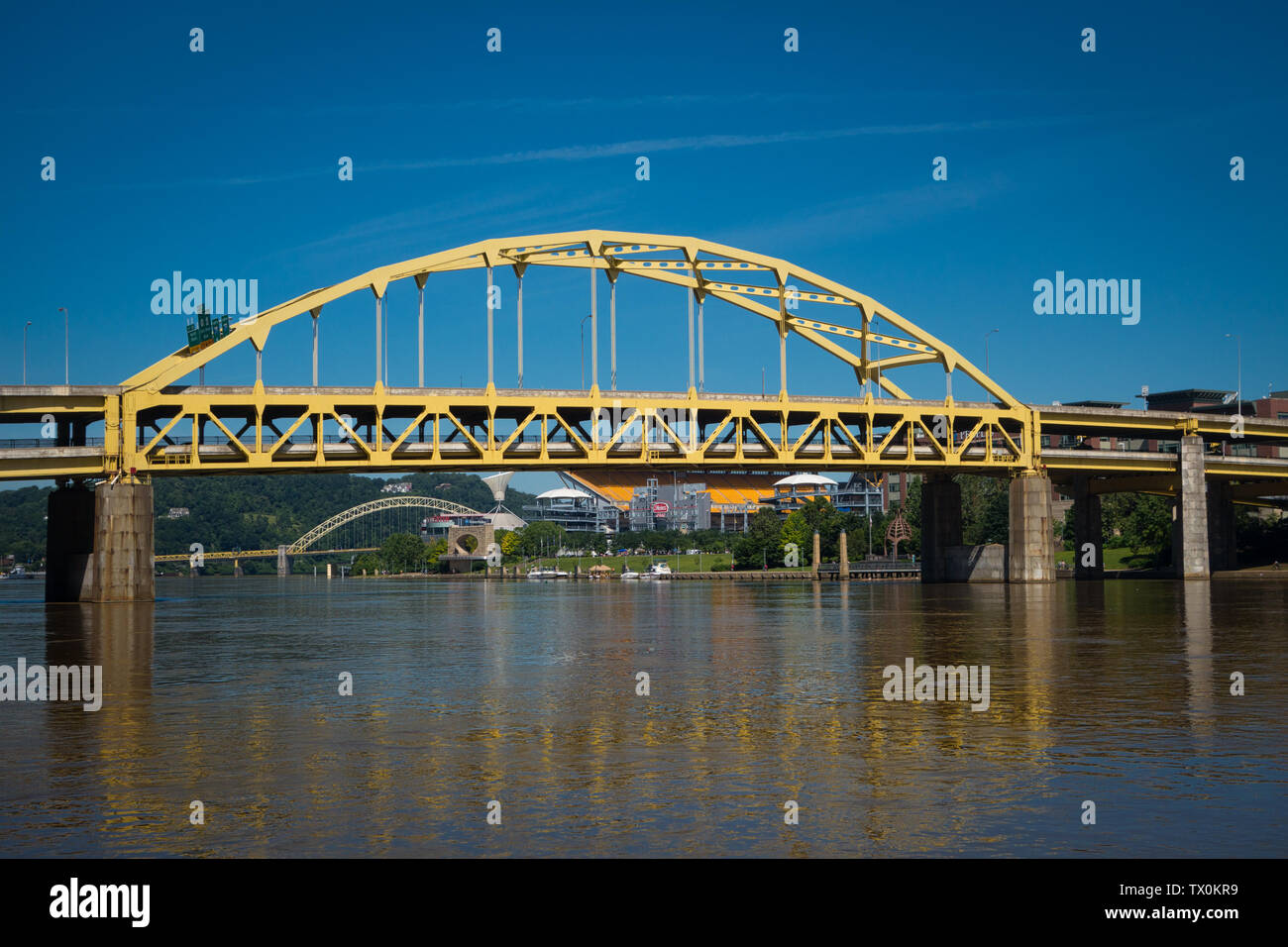 The Fort Duquesne bridge, crossing the Allegheny River, and the North Shore of Pittsburgh, Pennsylvania. - Stock Image