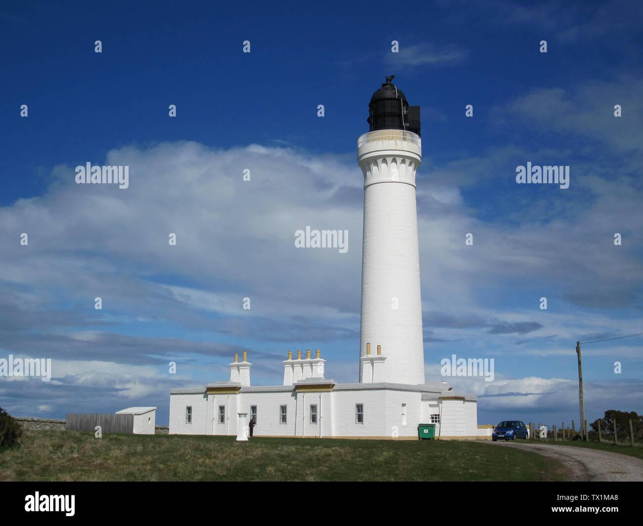 'Deutsch: Covesea Lighthouse; Leuchtturmvon Lossiemouth Das Covesea Lighthouse von Lossiemouth ist 36 Meter hoch, der Leuchtturm wurde im Jahre 1844 von Alan Stevenson errichtet. Es handelt sich um einen von vier Leuchttürmen mit insgesamt neun Wohnungen in Schottland, der über den National Trust for Scotland (ntsholidays.com) vermietet werden. Man wohnt natürlich nicht in dem runden Turm, sondern in sehr geräumigen Wohnungen ebenerdig am Fuße. Wir hatten die linke Wohnung, die für sechs Personen ausgelegt war. Es gab  drei Schlafzimmer (ein Zimmer davon mit Etagenbett), ein schönes Wohnzimmer - Stock Image
