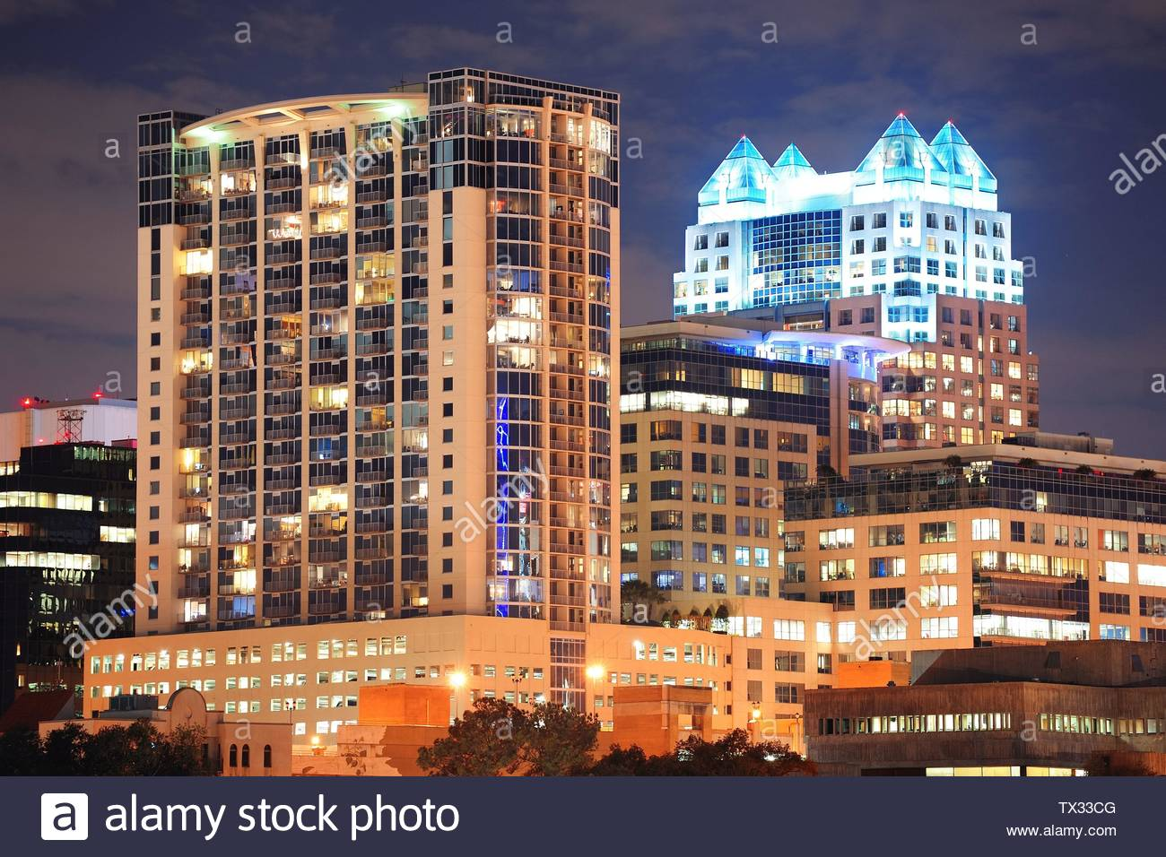 Urban architecture with Orlando downtown skyline over Lake Eola at dusk - Stock Image