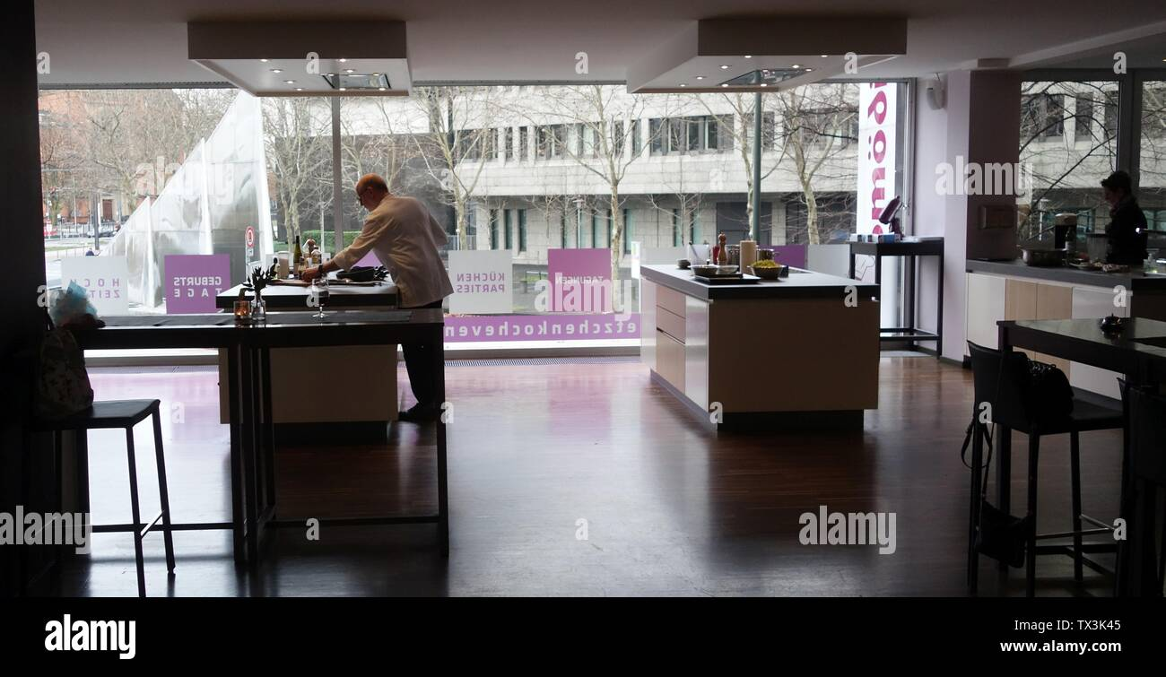 "Frank Petzchen, Kochkurse, Düsseldorf, Steinstraße 32, Januar 2019. Blick auf den Dreisegelbrunnen. Koch: Hartmut Kolmer, 5-gängiges Menue ""Schnitzeljagd"".; Taken on6 January 2019; Own work; Kürschner (talk) 17:25, 6 January 2019 (UTC); Stock Photo"