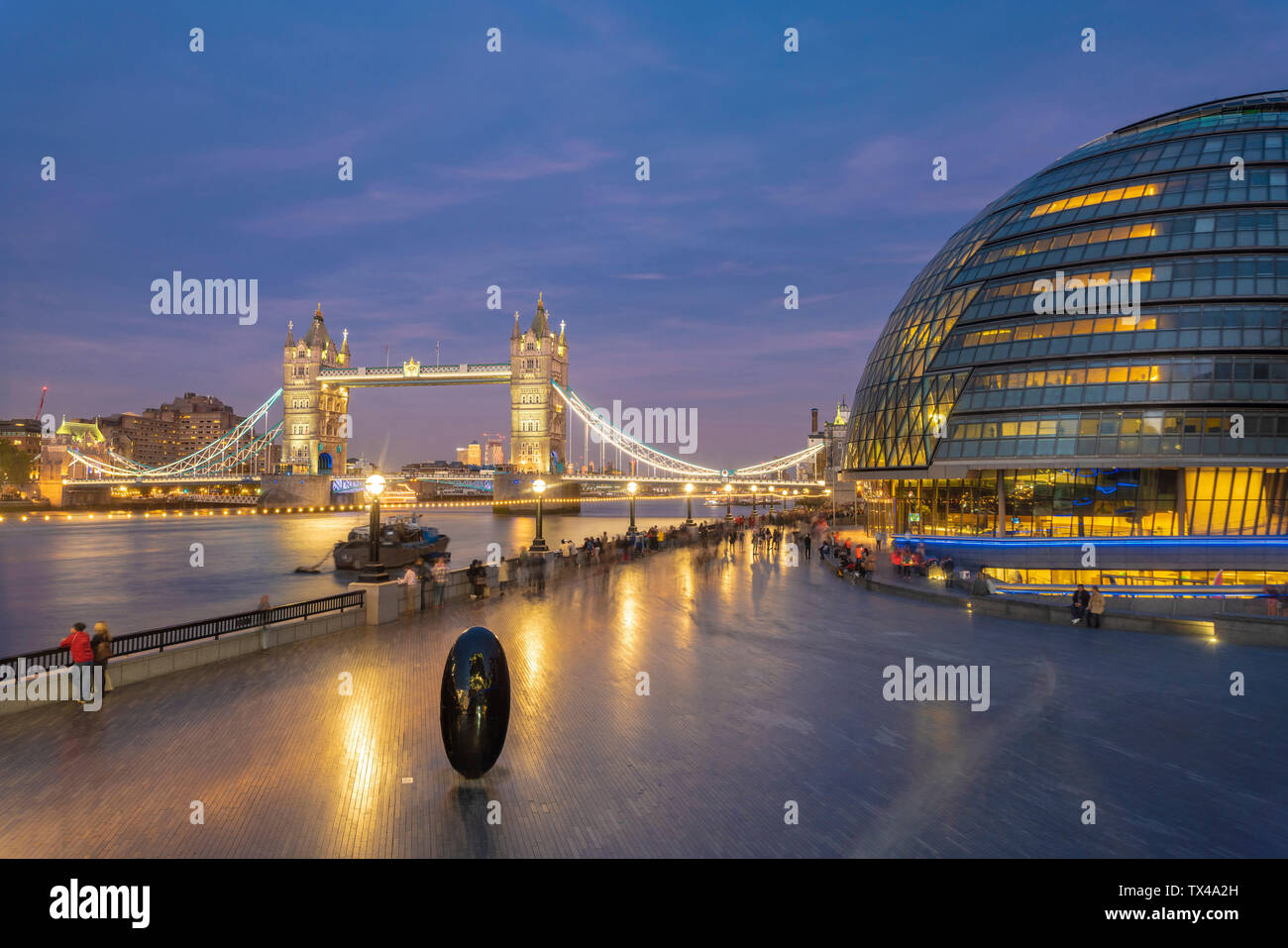 UK, London, illuminated Tower Bridge and city hall at night - Stock Image