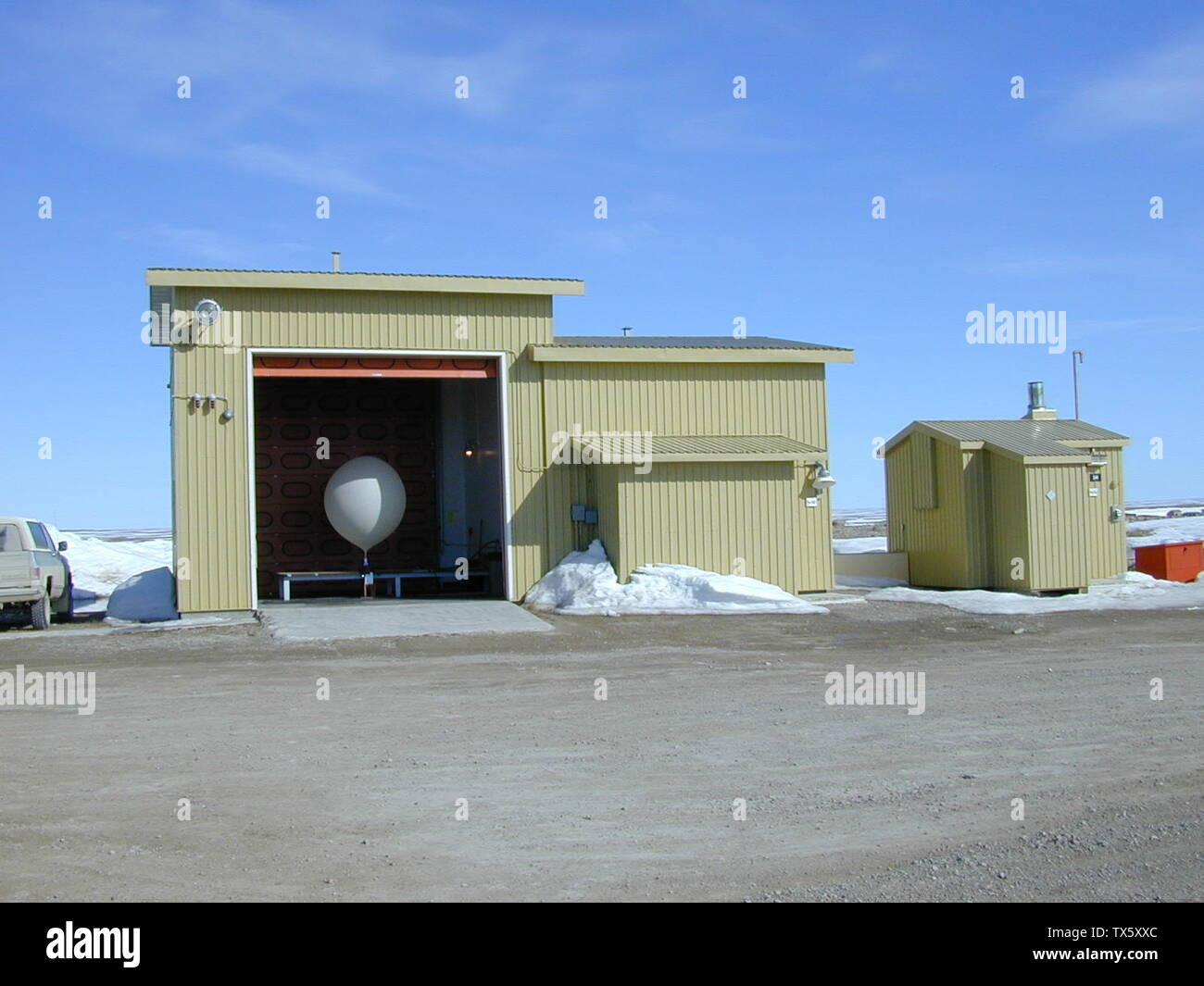 'Hydrogen filled balloon ready for launch. On the right is the hydrogen shed and on the far right is the heater shed, which is seperate due to the possiblity of fire. Photo taken at Cambridge Bay Upper Air, Nunavut, Canada on 13th June 1999 at 23:10 UTC (17:10 MDT).; 13 June 1999; English wikipedia, original upload 27 July 2005 by en:User:CambridgeBayWeather; User:CambridgeBayWeather; ' - Stock Image
