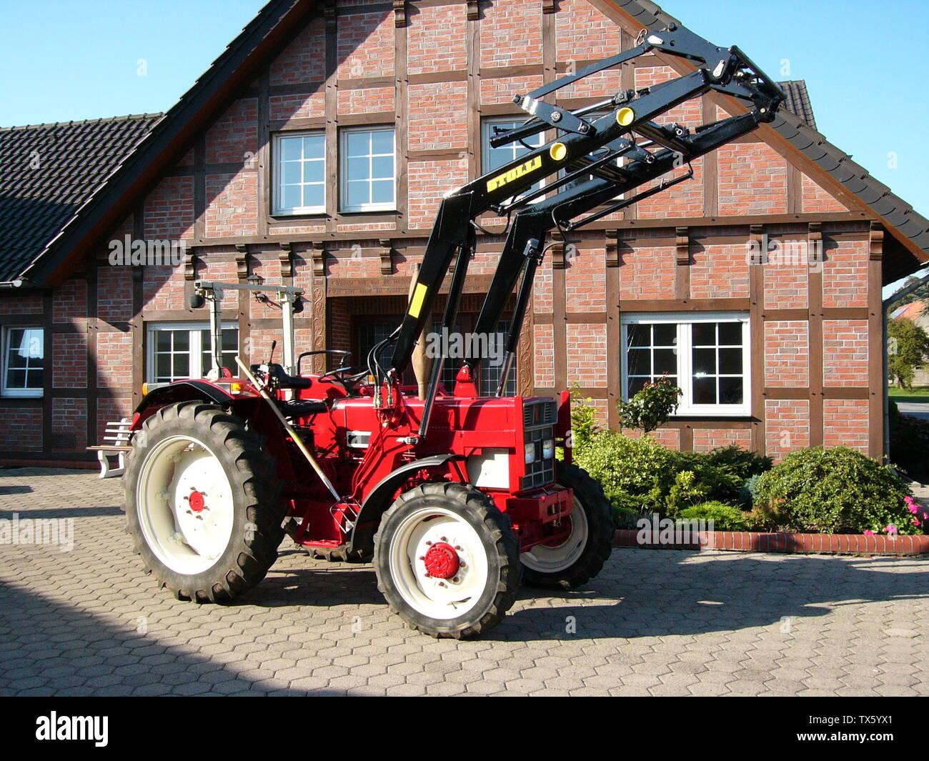 'Deutsch: IHC-Traktor IH 633 AS mit Stoll-Frontlader; 16 September 2007; Own work (844-XLA) English: Transferred from de.wikibooks.org [1]: 2007-09-19 21:45 . . 844-XLA . . 2.304×1.728 (1,56 MB); user 844-XLA; ' - Stock Image