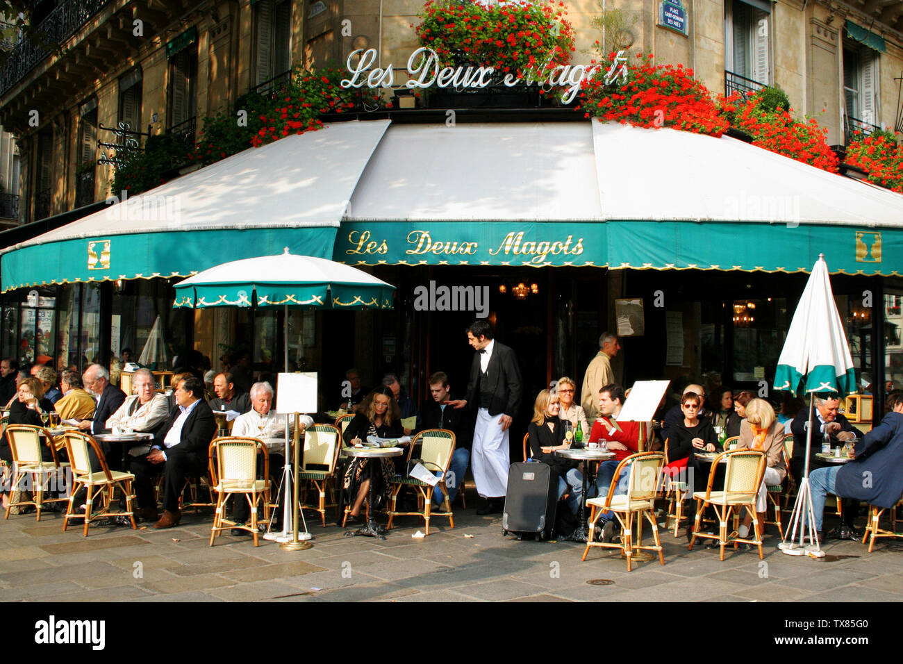 'English: Café les deux magots Paris 6ème , France. Author: Robyn Lee (user roboppy) Date: October 16, 2006 URL: https://www.flickr.com/photos/roboppy/271275631/ Uploaded by author; 21 October 2006 (original upload date); Transferred from en.wikipedia to Commons by Pline using CommonsHelper.; Roboppy at English Wikipedia; ' - Stock Image