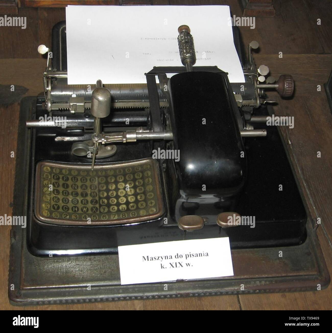 'English: Early typewriter, the Mignon, produced from 1905 to 1934 by Allgemeinen Elektrizitaets-Gesellschaft (AEG), Berlin, Germany. This was called an index typewriter; to operate it, the pointer was pointed at a letter, and the key to the right was pressed to type it.  The types are on a metal 'typesleeve' seen at top, which could be changed to type different fonts and character sets for different languages.  The Mignon was the most successful index typewriter, and was exported to other European countries.  This model was probably the Mignon 3, since it doesn't have a backspace key to the r - Stock Image