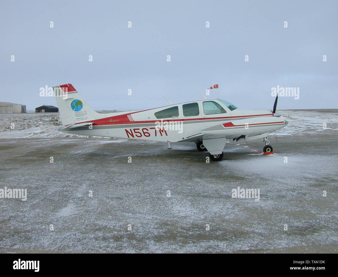 'English: N567M Beechcraft Bonanza F33A (BE33) Picture taken 10th June 1999 at 00:35 MDT (10th June 1999 06:35Z) at Cambridge Bay Airport, Nunavut, Canada; 10 June 1999; Own work; User:CambridgeBayWeather; ' - Stock Image