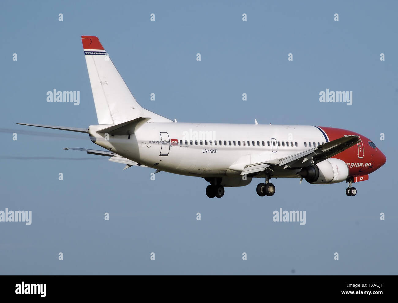 'English: Norwegian Air Shuttle Boeing 737-300 (LN-KKP) lands at Birmingham International Airport, England. Notice the condensation trails off the wing trailing edge.; August 2007; Own work; Adrian Pingstone (Arpingstone); ' - Stock Image