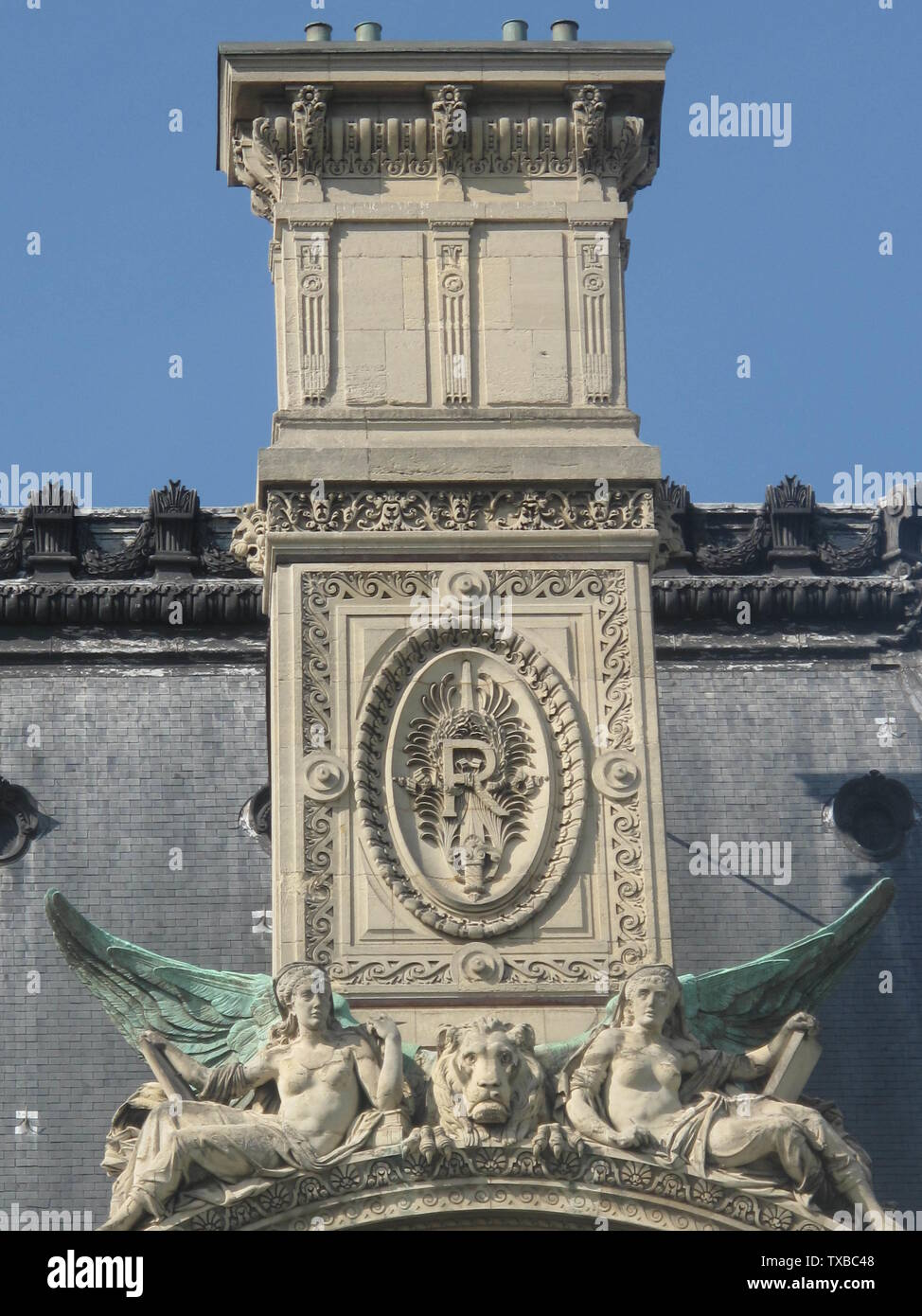 'English: Chimney of the pavillon de Marsan, south side, Paris 1st arrond. The letter R symbolizes the French Republic, as the french kings signed their creations by their own monogram. Français : Cheminée du pavillon de Marsan du coté Sud, Paris 1er arr. Le R symbolise la République, de la même façon que les rois signaient leurs constructions par leur monogramme.; 6 July 2010; Own work; Tangopaso; ' - Stock Image