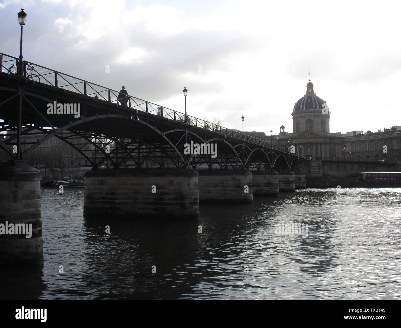 'Le Pont des Arts vu depuis les quais de la rive droite, avec l'Institut de France au fond.; 14 February 2006 (original upload date); Transferred from fr.wikipedia to Commons.; Mini.fb at French Wikipedia; ' - Stock Image