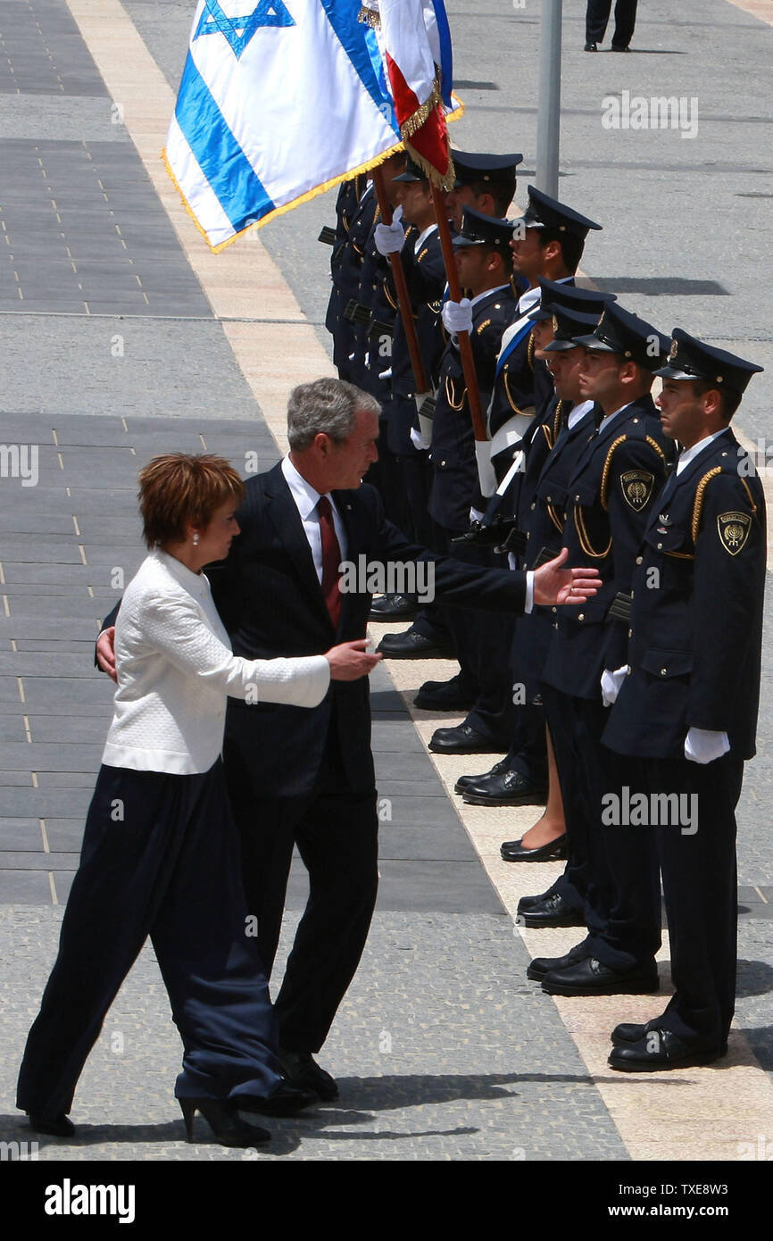 JERUSALEM - MAY 15:  US President George W. Bush is accompanied by Knesset speaker Dalia Itzik as he reviews an honor guard on arrival at the Israeli parliament May 15, 2008 in Jerusalem. Bush criticized the deadly tactics of extremist groups like al-Qaida, Hezbollah and Hamas and said he looks toward the day when Muslims 'recognize the emptiness of the terrorists vision and the injustice of their cause'. (Photo by David Silverman/Getty Images - POOL) *** Local Caption *** George Bush; Dalia Itzik - Stock Image