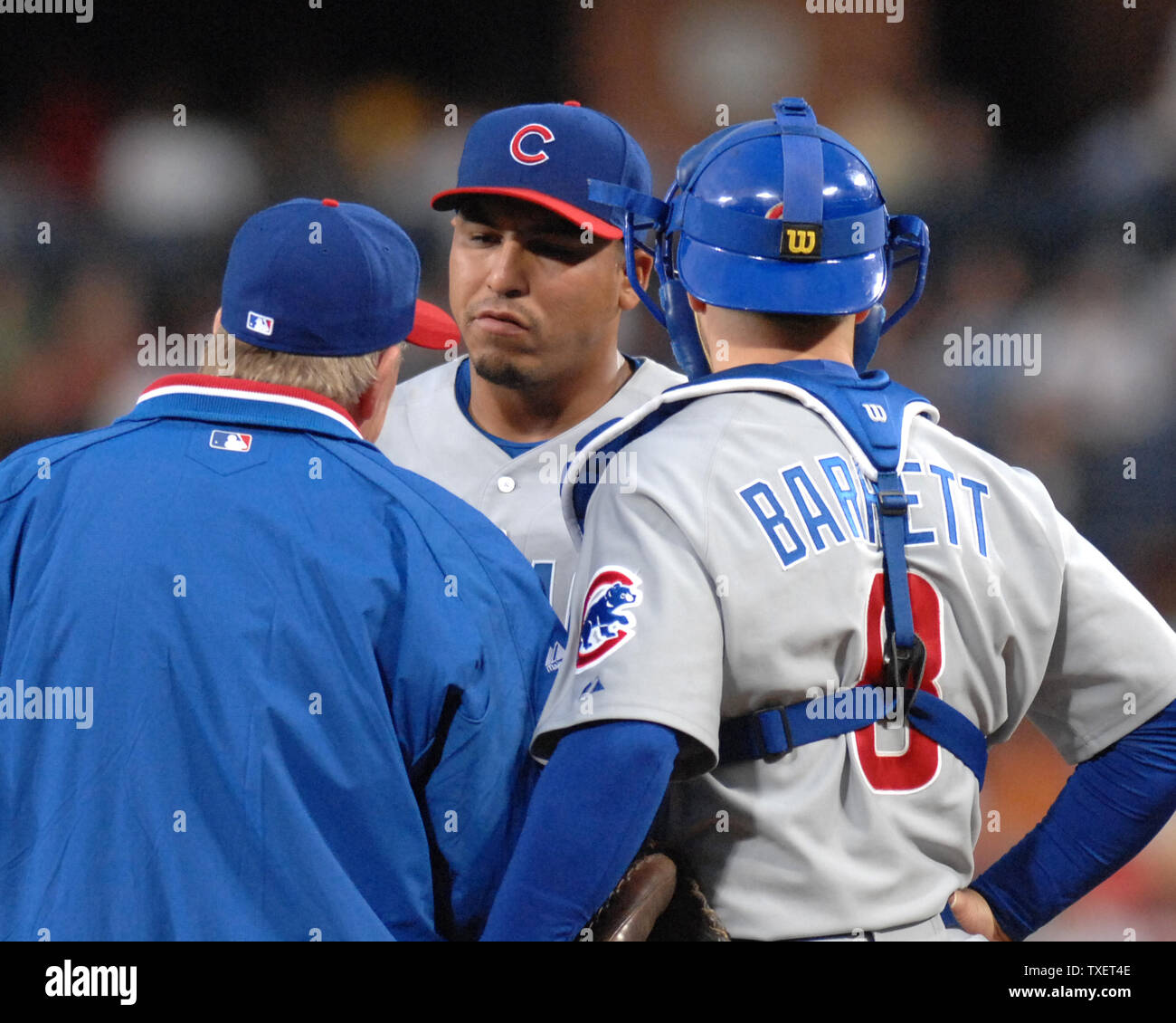 Chicago Cubs starting pitcher Carlos Zambrano (C) meets with Cubs pitching coach Larry Rothschild (L) and catcher Michael Barrett on the mound during play against the Atlanta Braves in the first inning at Turner Field in Atlanta, April 18, 2007. (UPI Photo/John Dickerson) - Stock Image