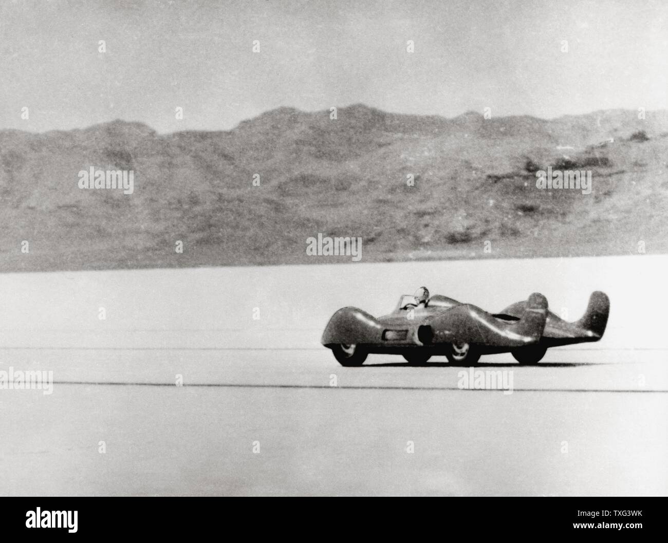BRITISH PRE WAR SPEED RECORD GOLDEN-ARROW RACE CAR TIN AB