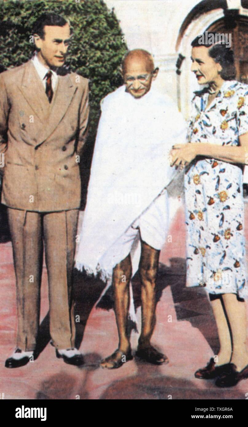 Mohondas Karamchand Gandhi  (1869-1948), known as Mahatma (Great Soul), Indian Nationalist leader. Here he stands between Lord and Lady Mountbatten - Stock Image