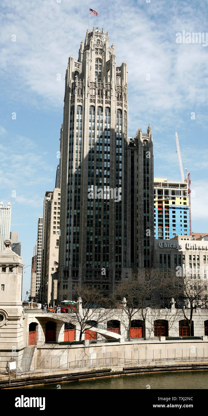 The Chicago Tribune company corporate headquarters stands in downtown Chicago on April 2, 2007. Monday the Tribune Co. accepted an $8.2 billion buyout offer from real estate investor Sam Zell. The deal, which is not finalized until approved by the shareholders, leaves the Tribune's board the option of accepting a higher bid and also includes selling the Chicago Cubs at the end of the 2007 season. (UPI Photo/Brian Kersey) - Stock Image